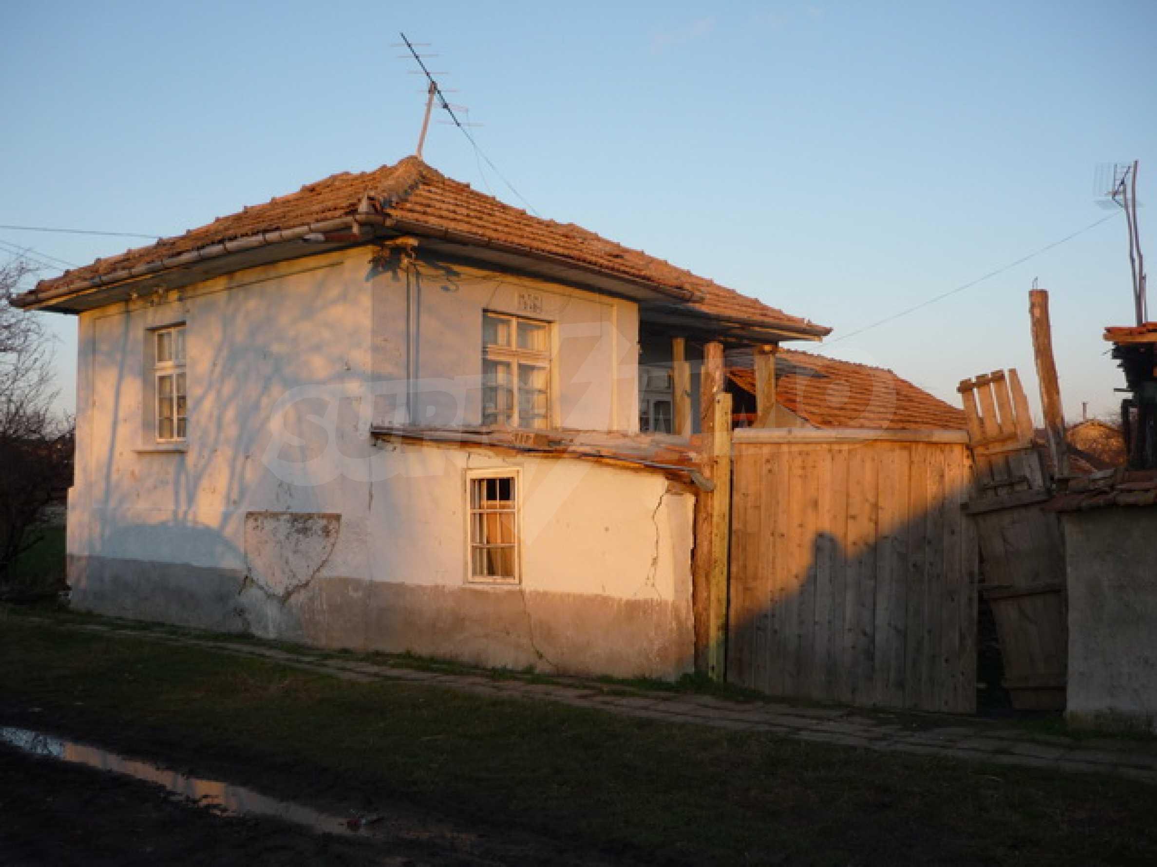 Продава се къща на два етажа в село на 40 километра от Велико Търново
