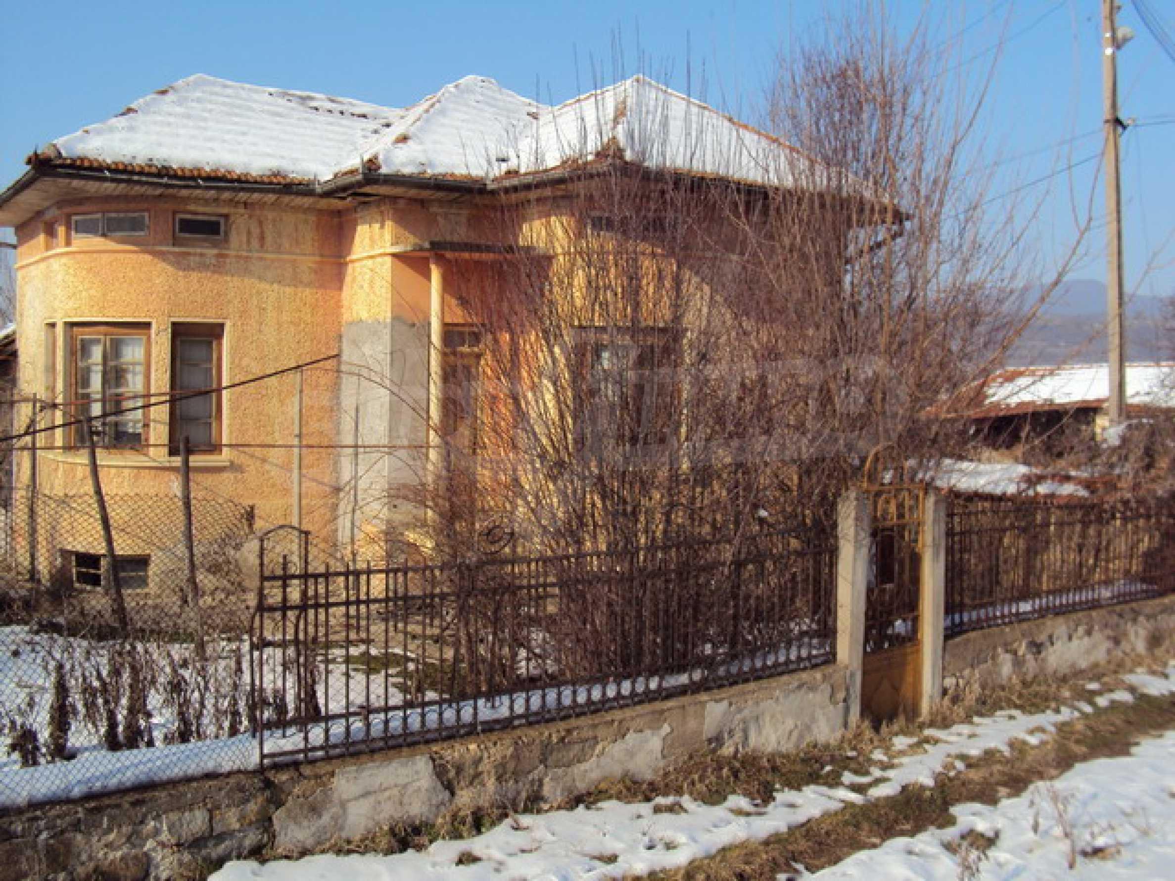 Къща в село до река