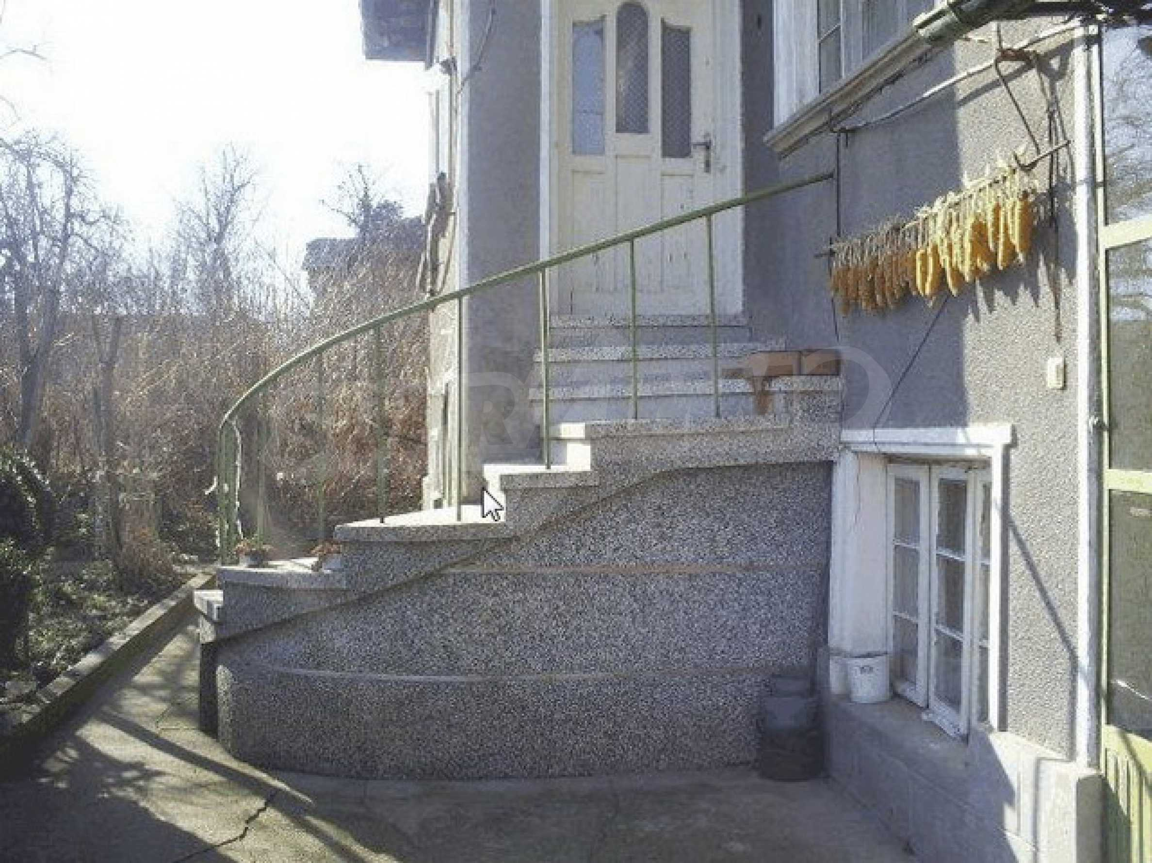Деревенский дом с большим участком 1