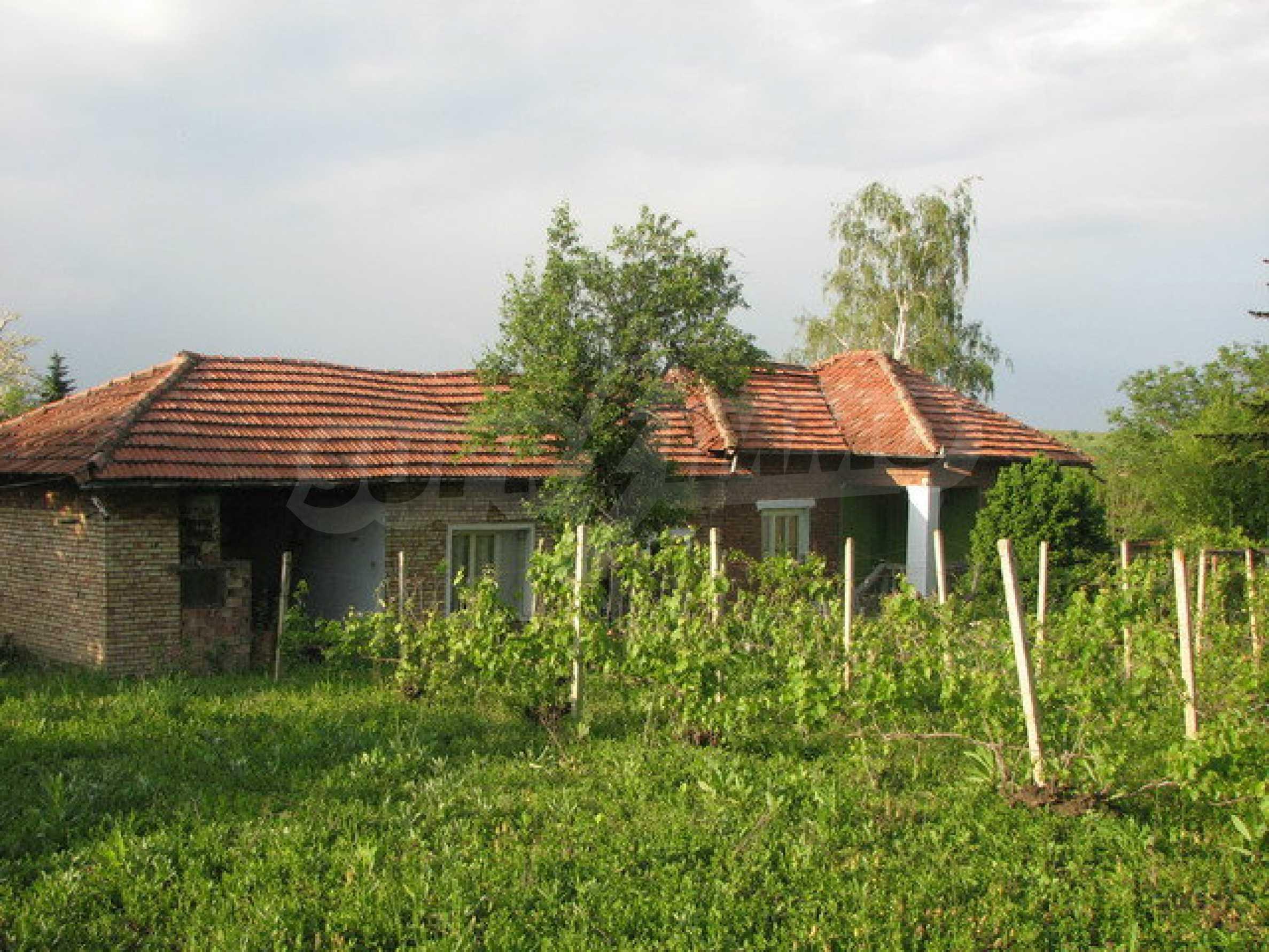 Тухлен селски имот с просторна градина