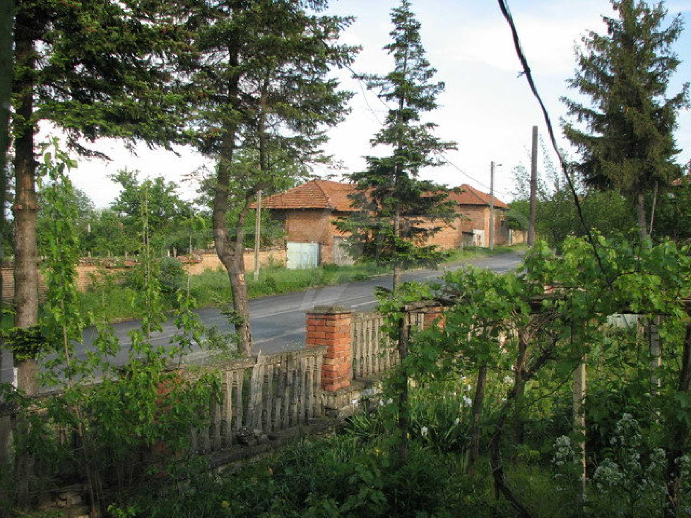 Тухлен селски имот с просторна градина 6