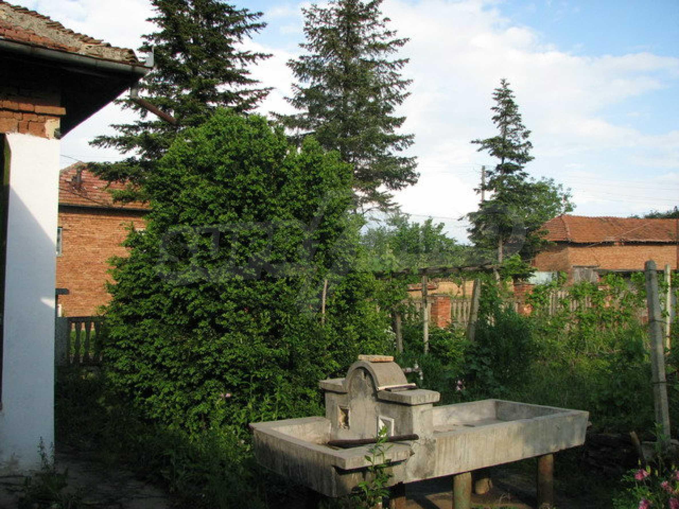 Тухлен селски имот с просторна градина 7
