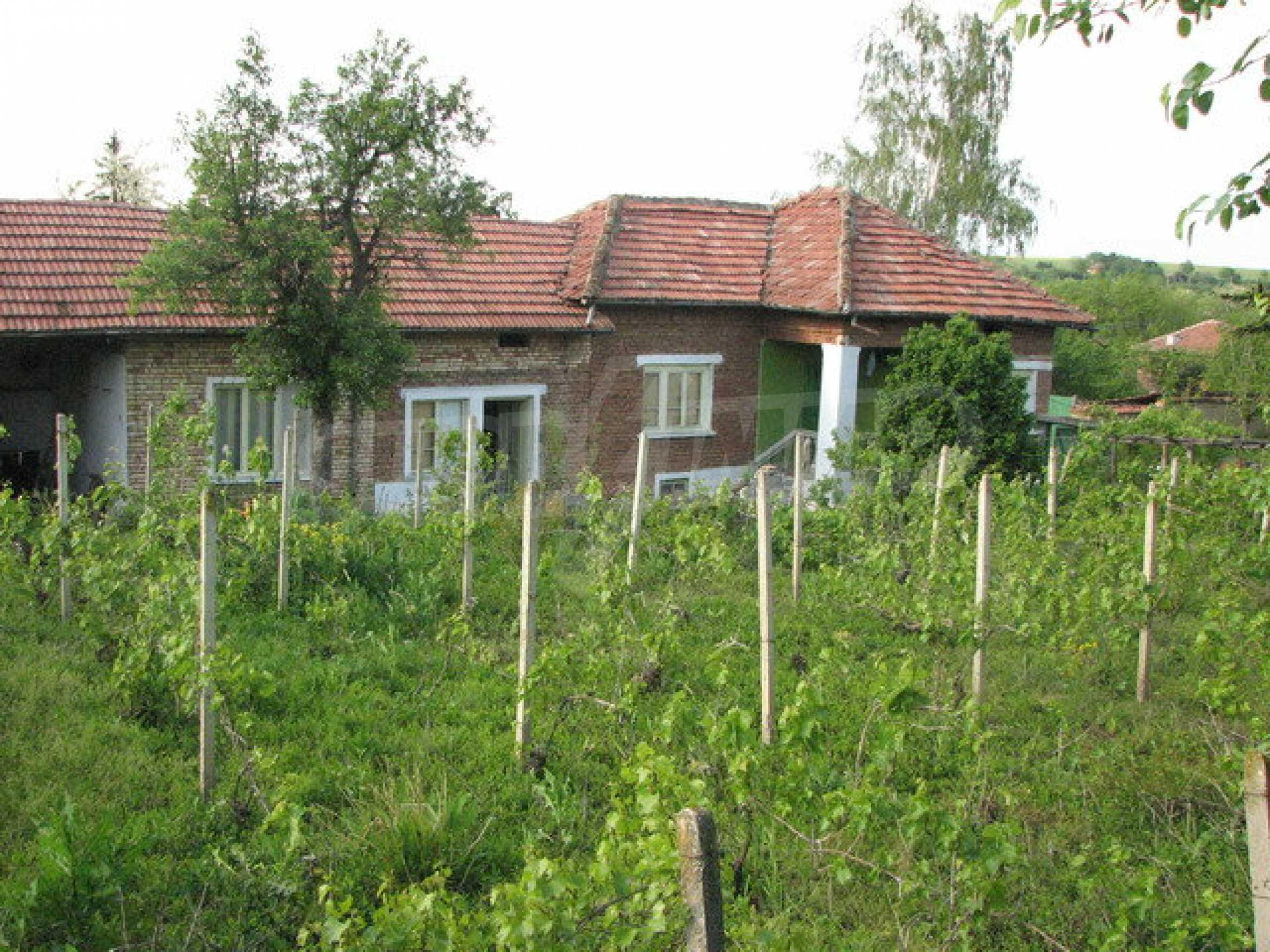 Тухлен селски имот с просторна градина 8