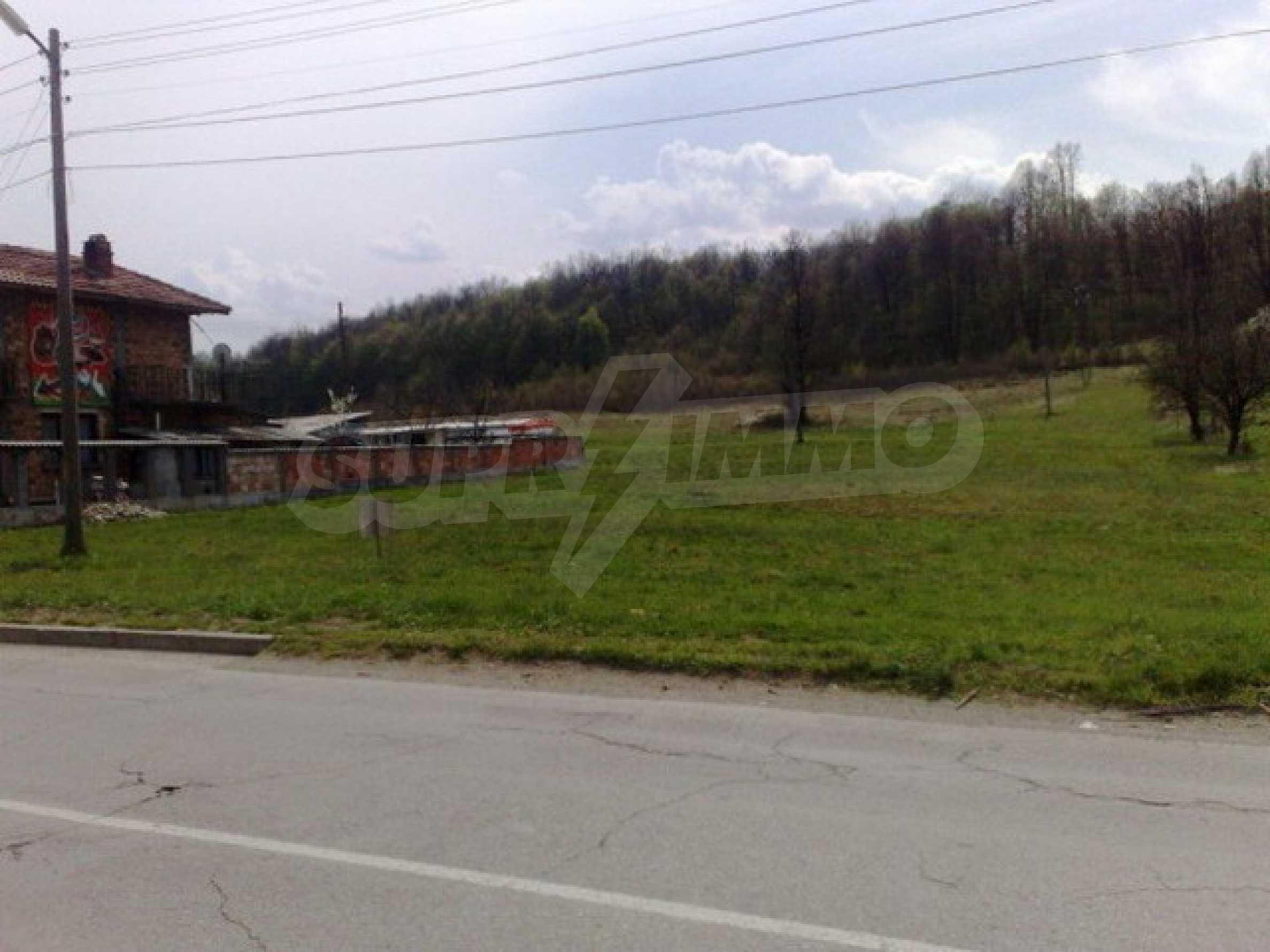 Парцел в регулация на 2 км. от Троянски Манастир