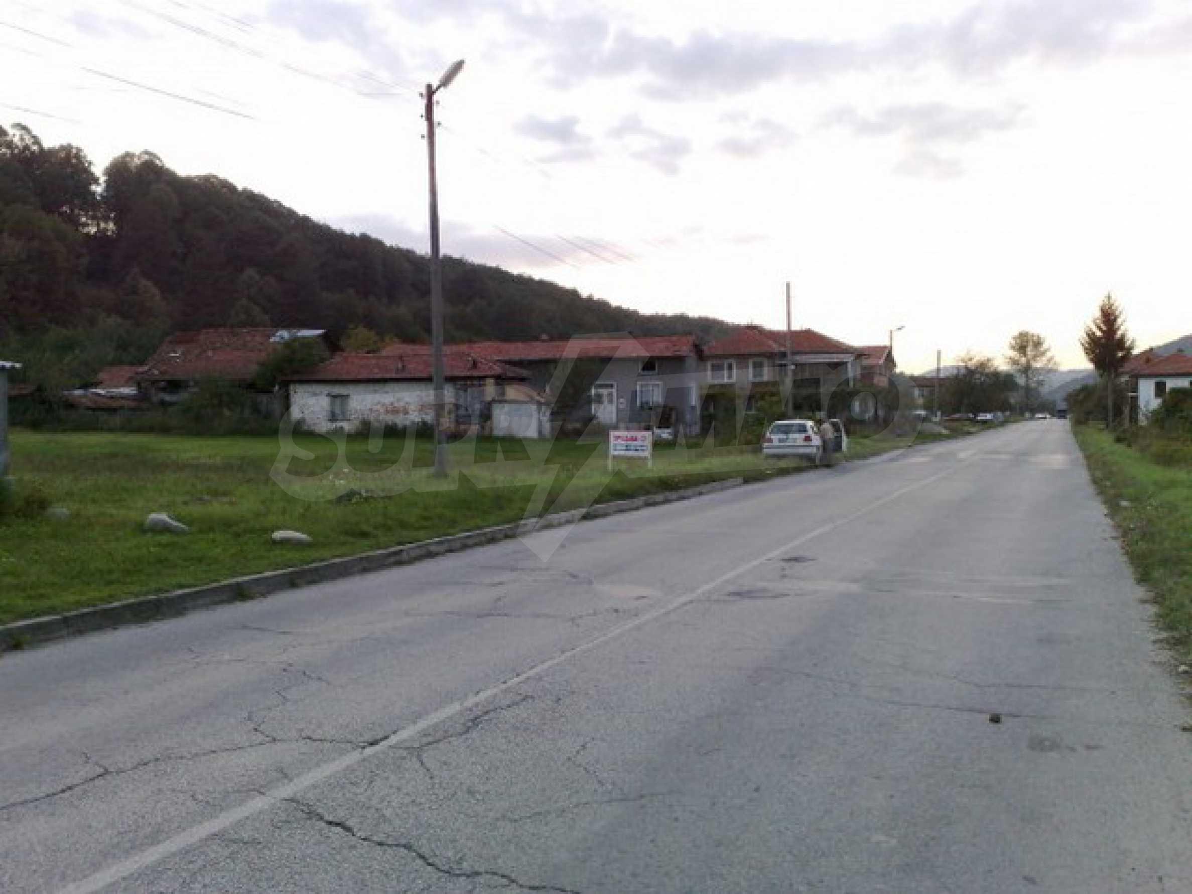 Парцел в регулация на 2 км. от Троянски Манастир 1