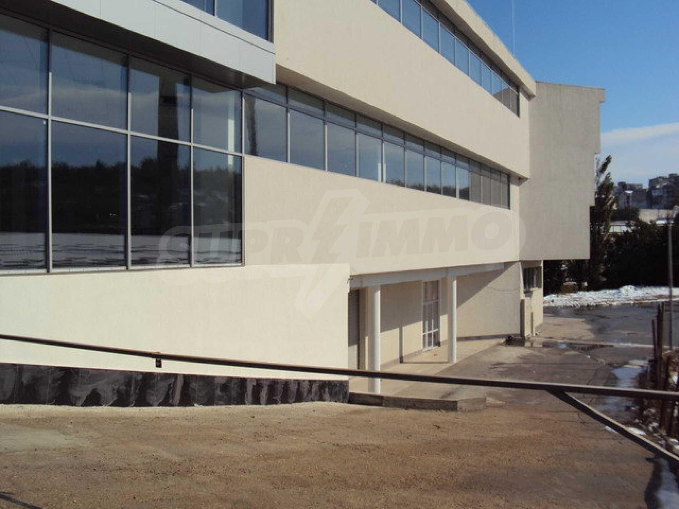 Komplex mit Geschäften, Lagern und Büros 15