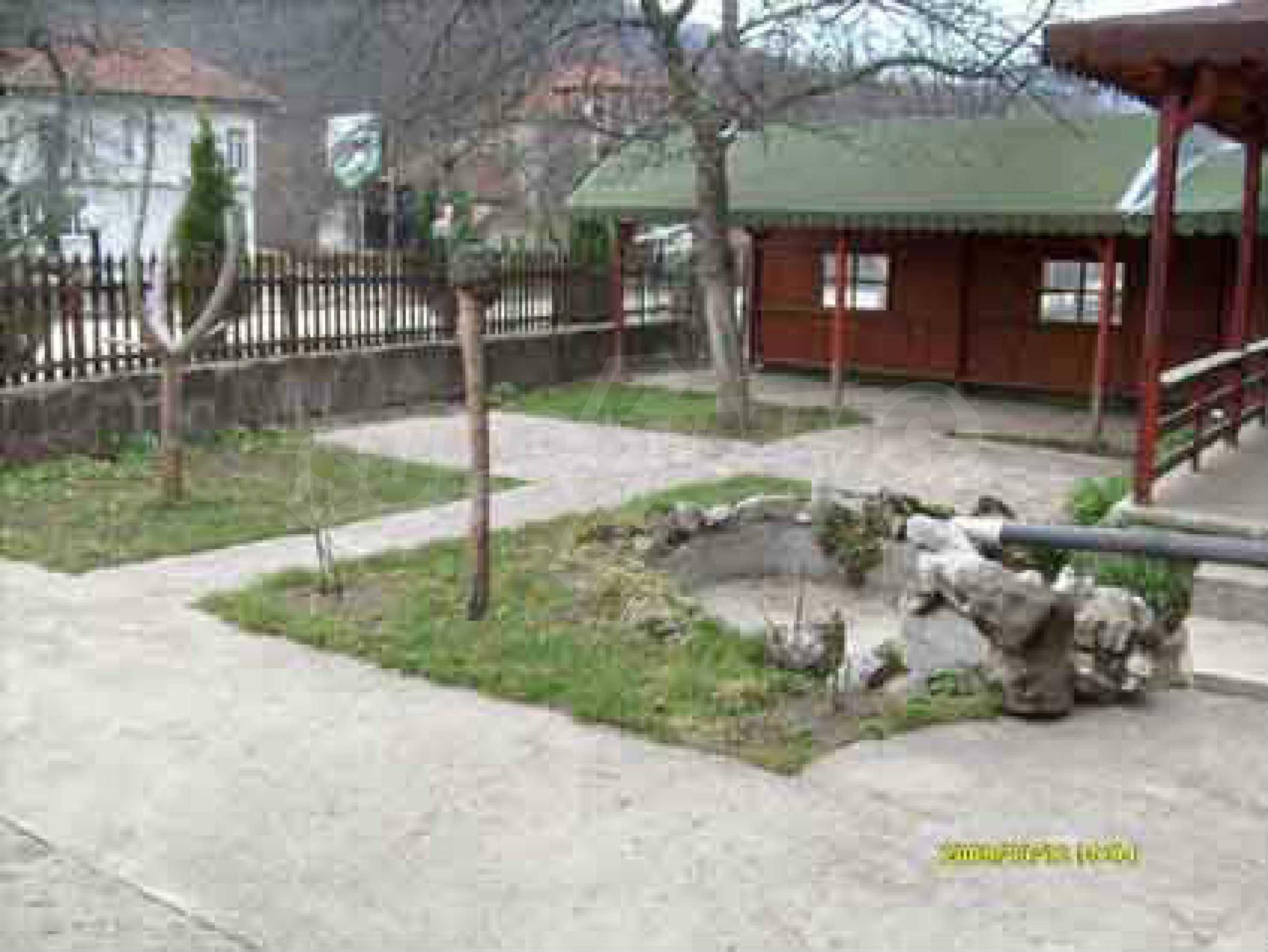 Небольшой ресторан с прекрасным садом в селе Рибарица 2