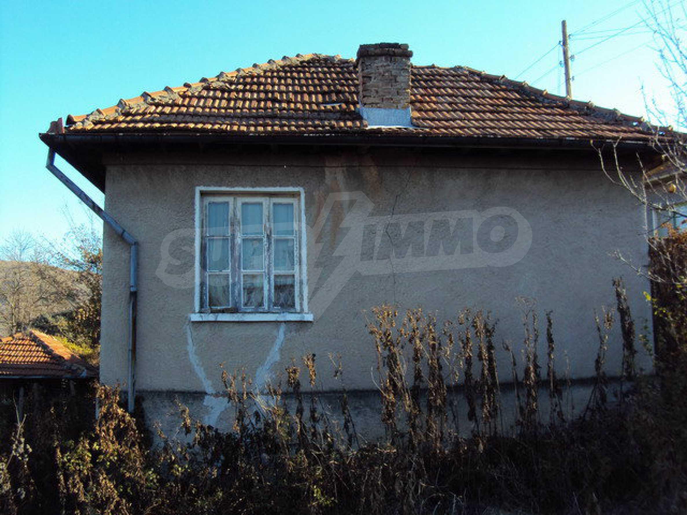 Къща с двор в село на 25 км. от Велико Търново