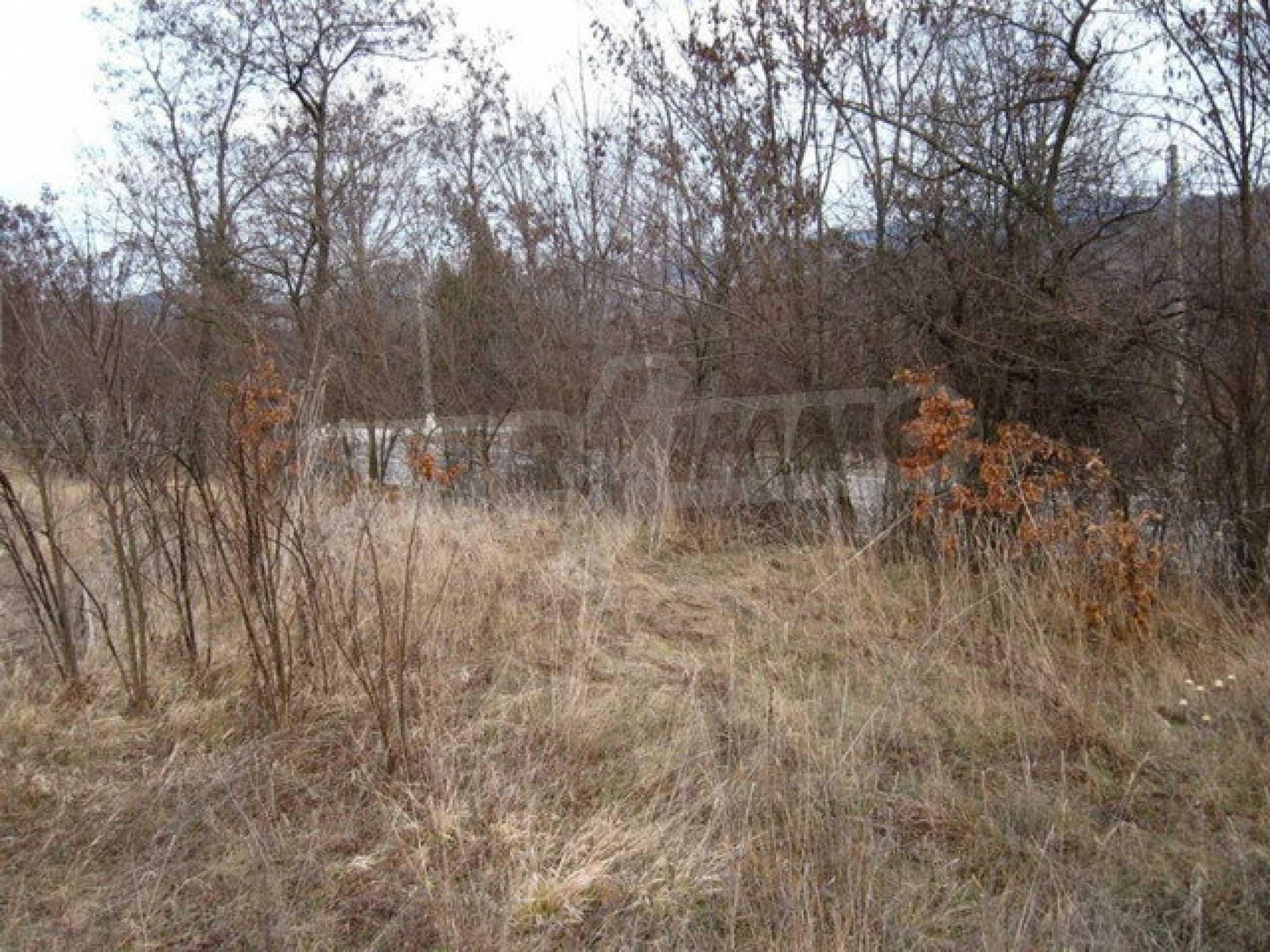 Большой земельный участок площадью 2849 кв. м. расположенный в  100 метрах от главной дороги 1
