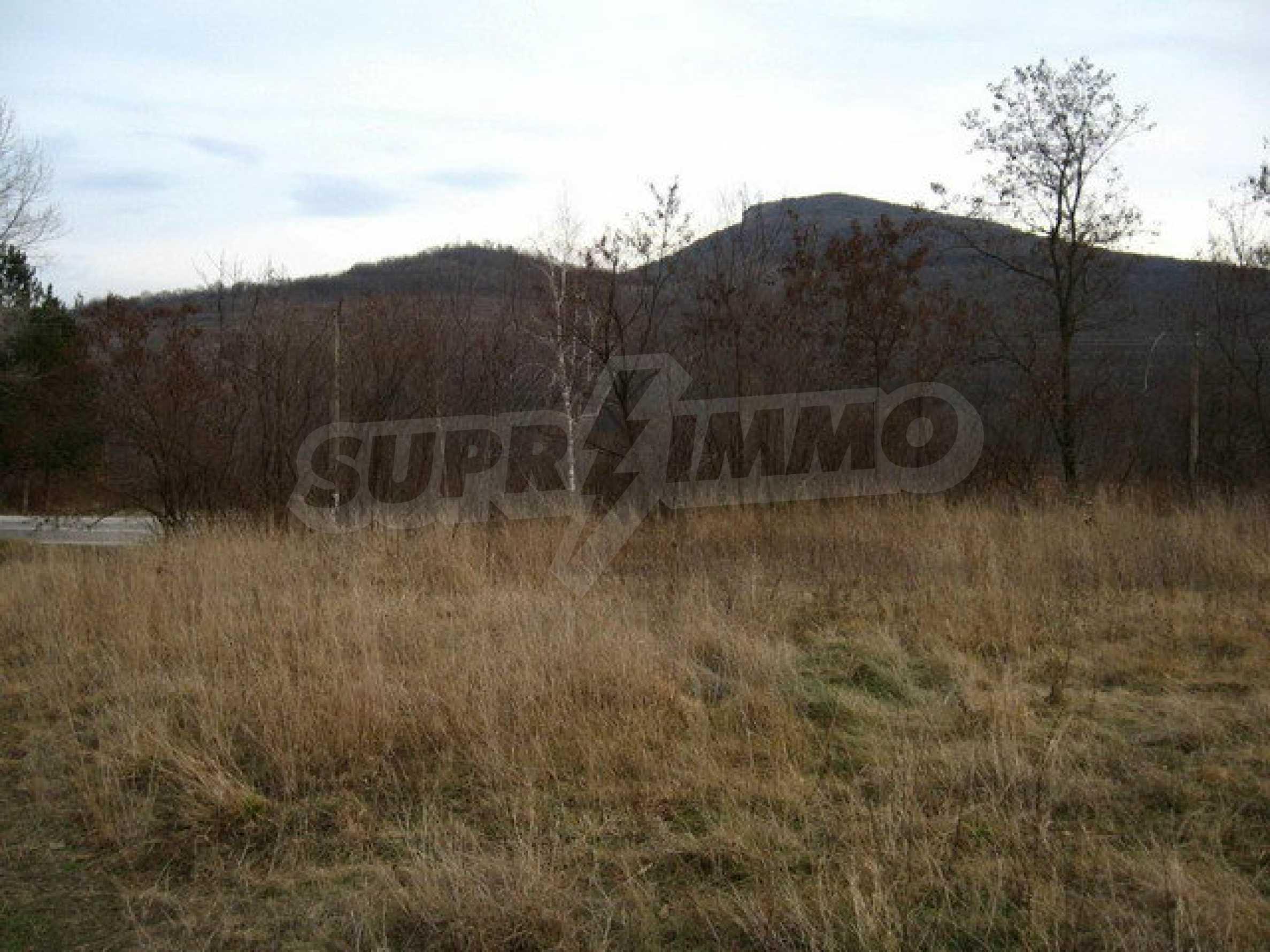 Большой земельный участок площадью 2849 кв. м. расположенный в  100 метрах от главной дороги 2