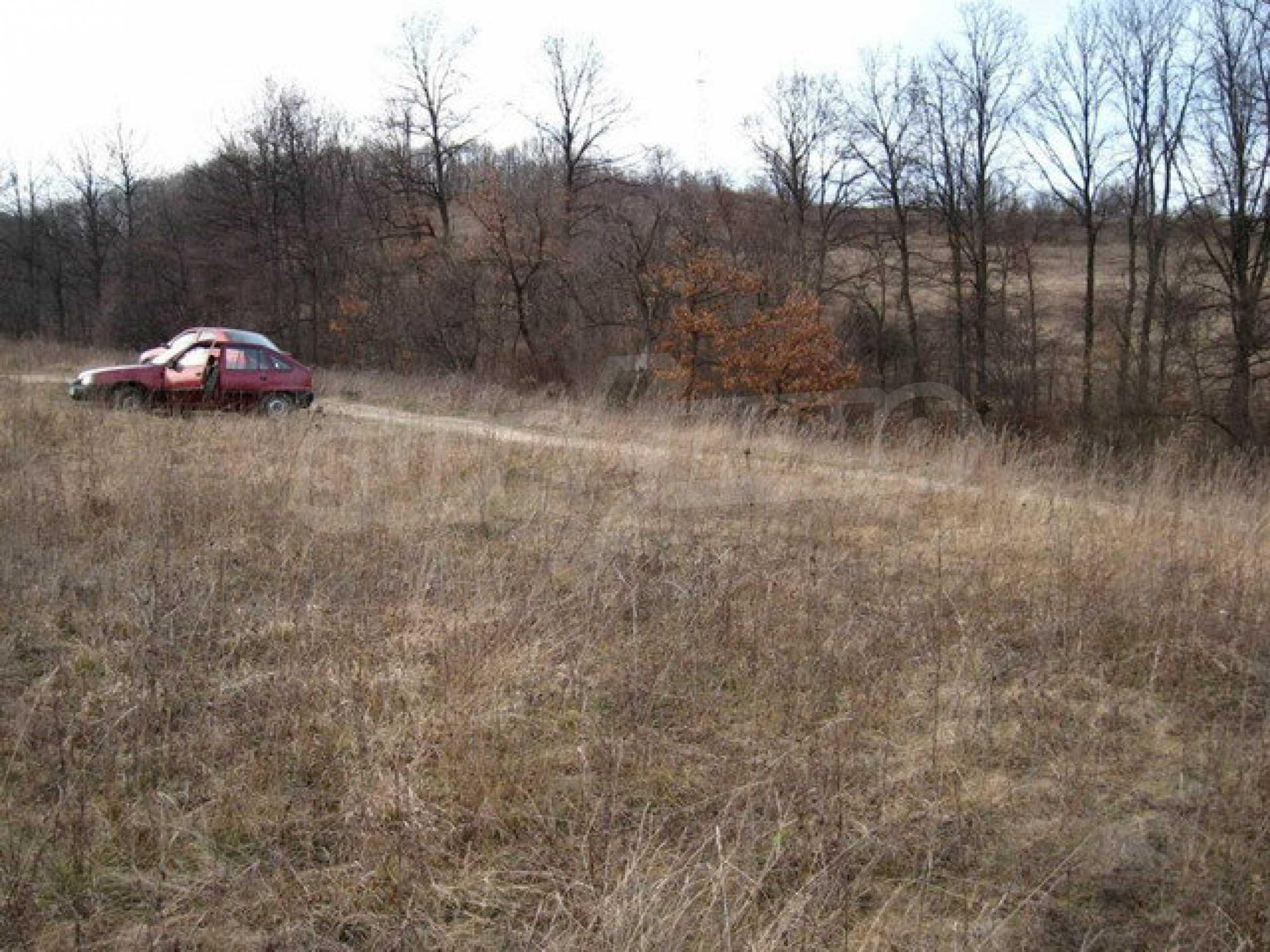 Большой земельный участок площадью 2849 кв. м. расположенный в  100 метрах от главной дороги 4