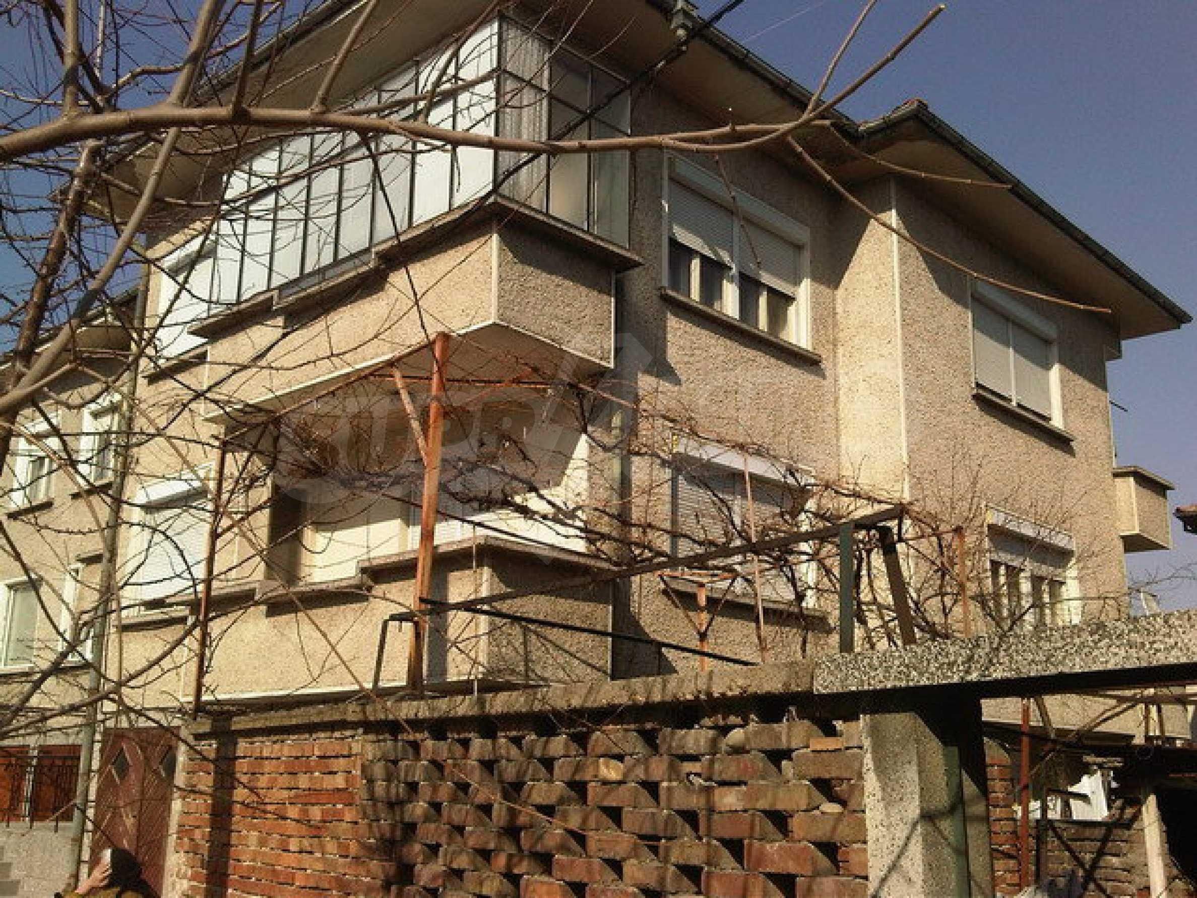 Четиристаен апартамент на втори етаж в сграда в неспосредственна близост центъра на град Севлиево