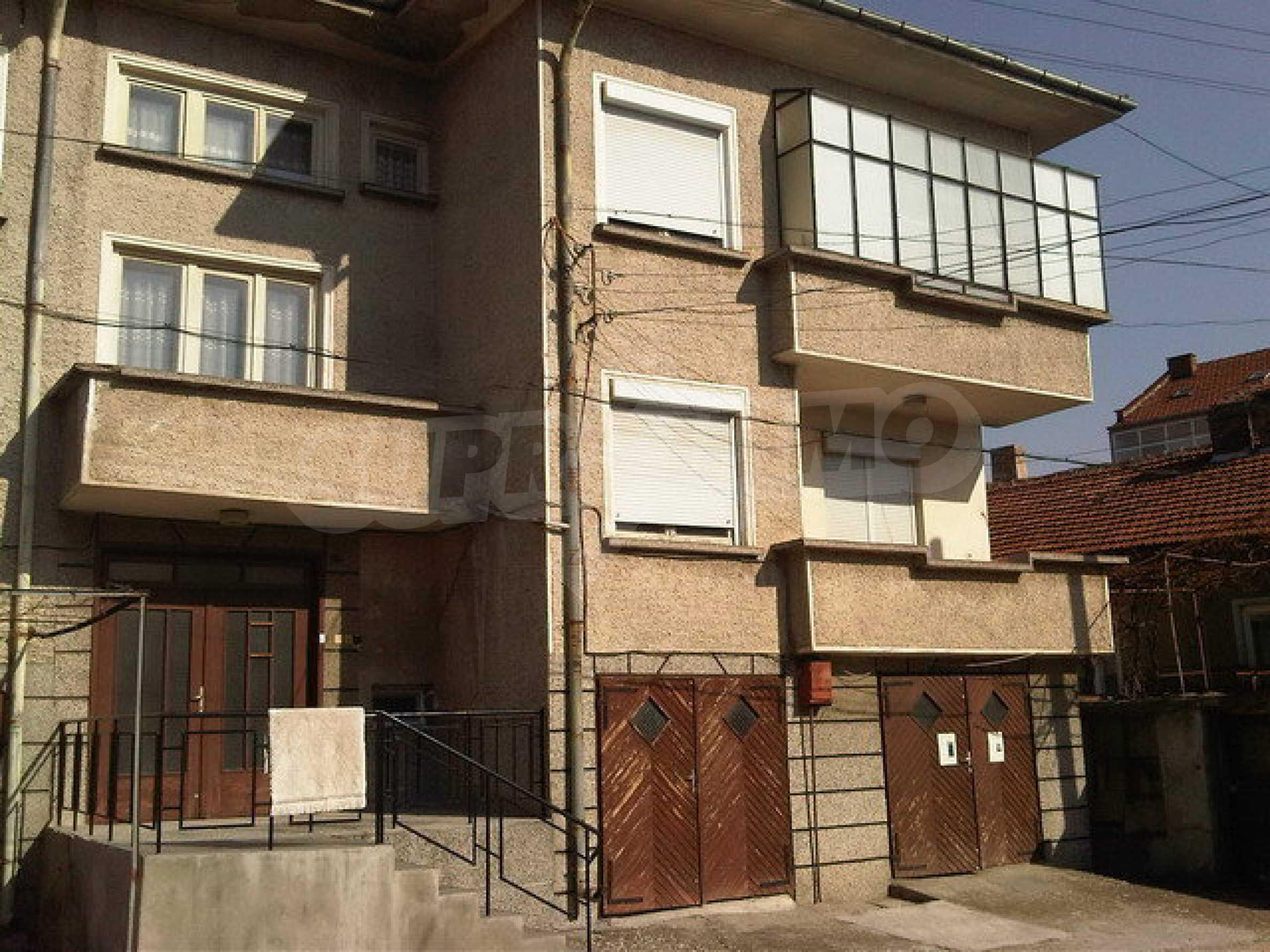 Четиристаен апартамент на втори етаж в сграда в неспосредственна близост центъра на град Севлиево 1