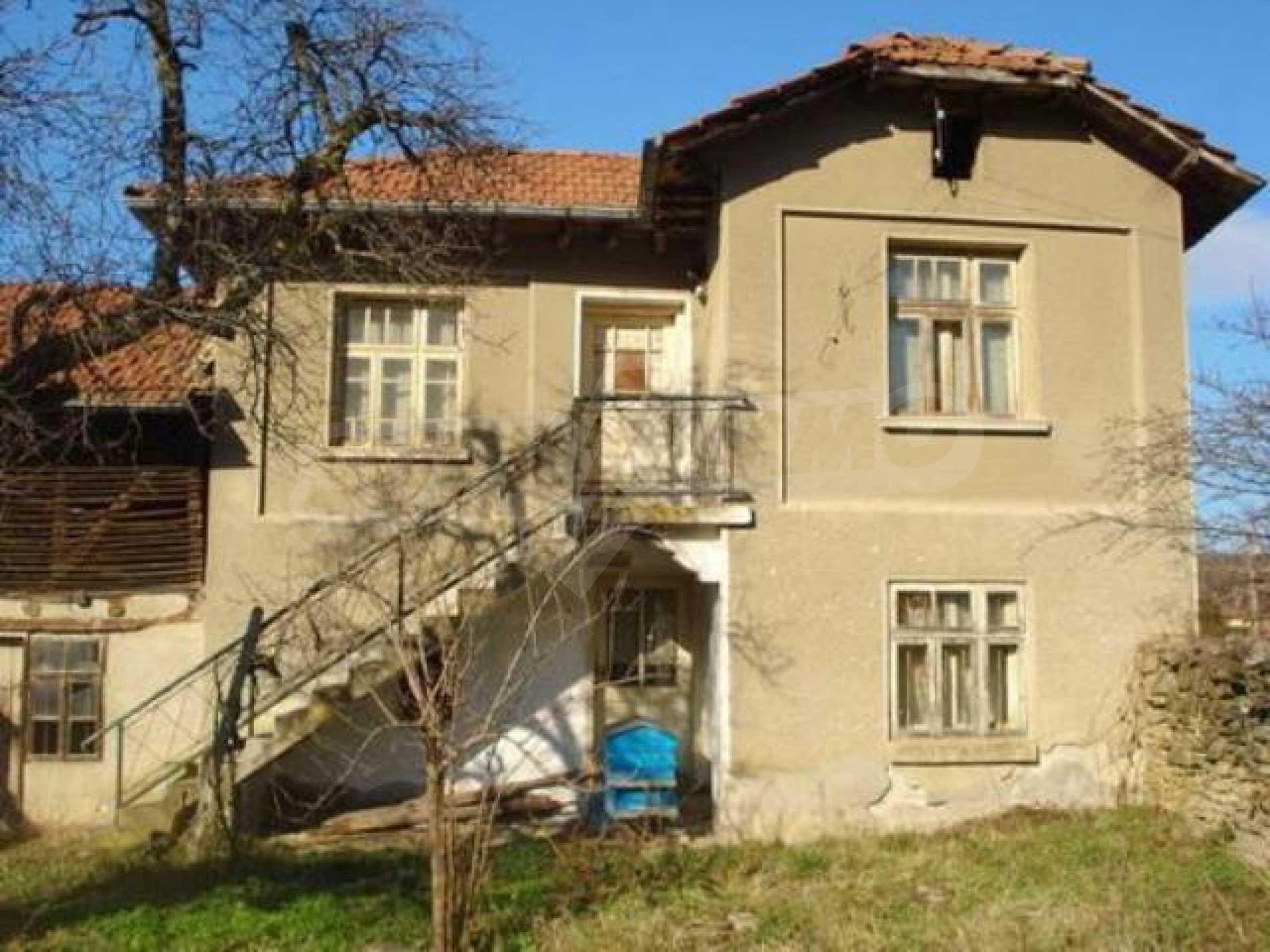 Zweistöckiges Haus im Dorf Dobromirka