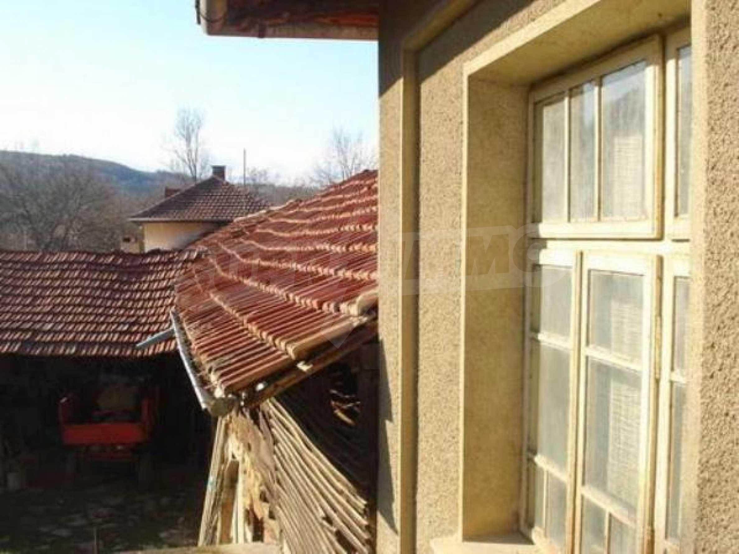 Zweistöckiges Haus im Dorf Dobromirka 12