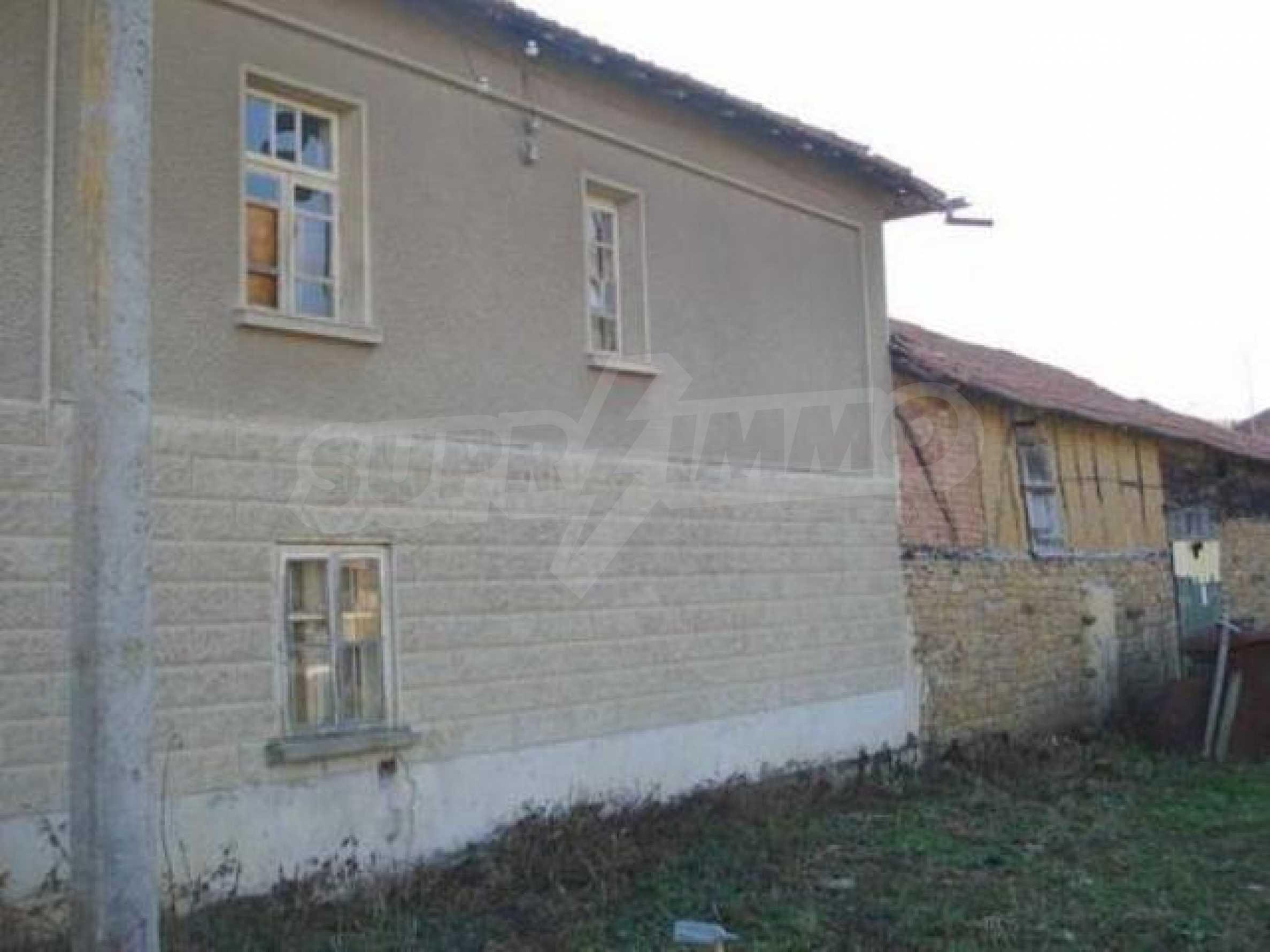 Zweistöckiges Haus im Dorf Dobromirka 13