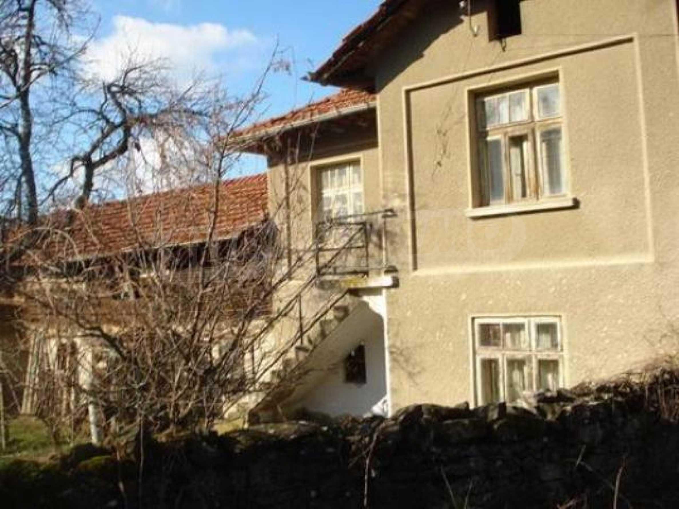 Zweistöckiges Haus im Dorf Dobromirka 14
