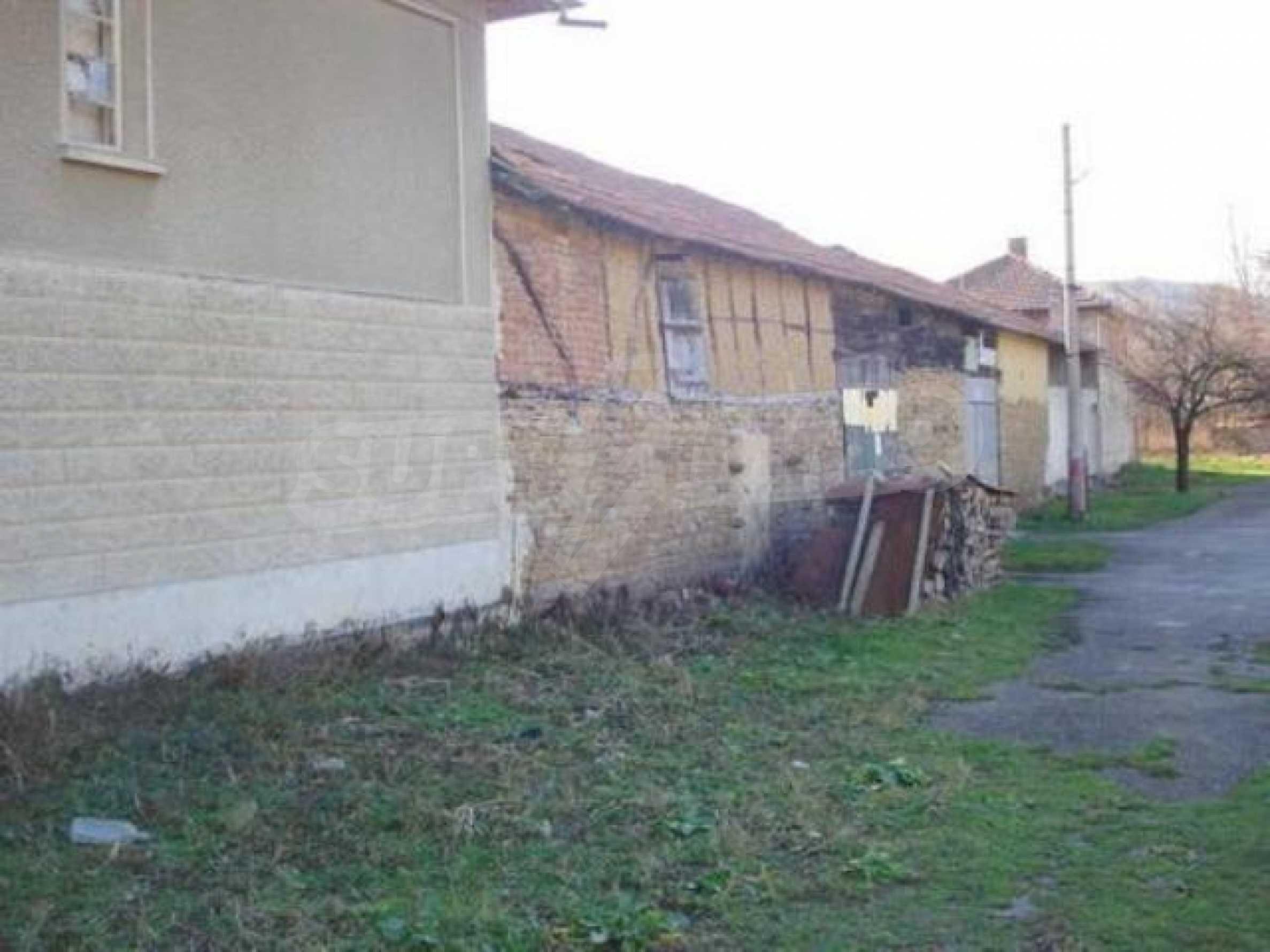 Zweistöckiges Haus im Dorf Dobromirka 15