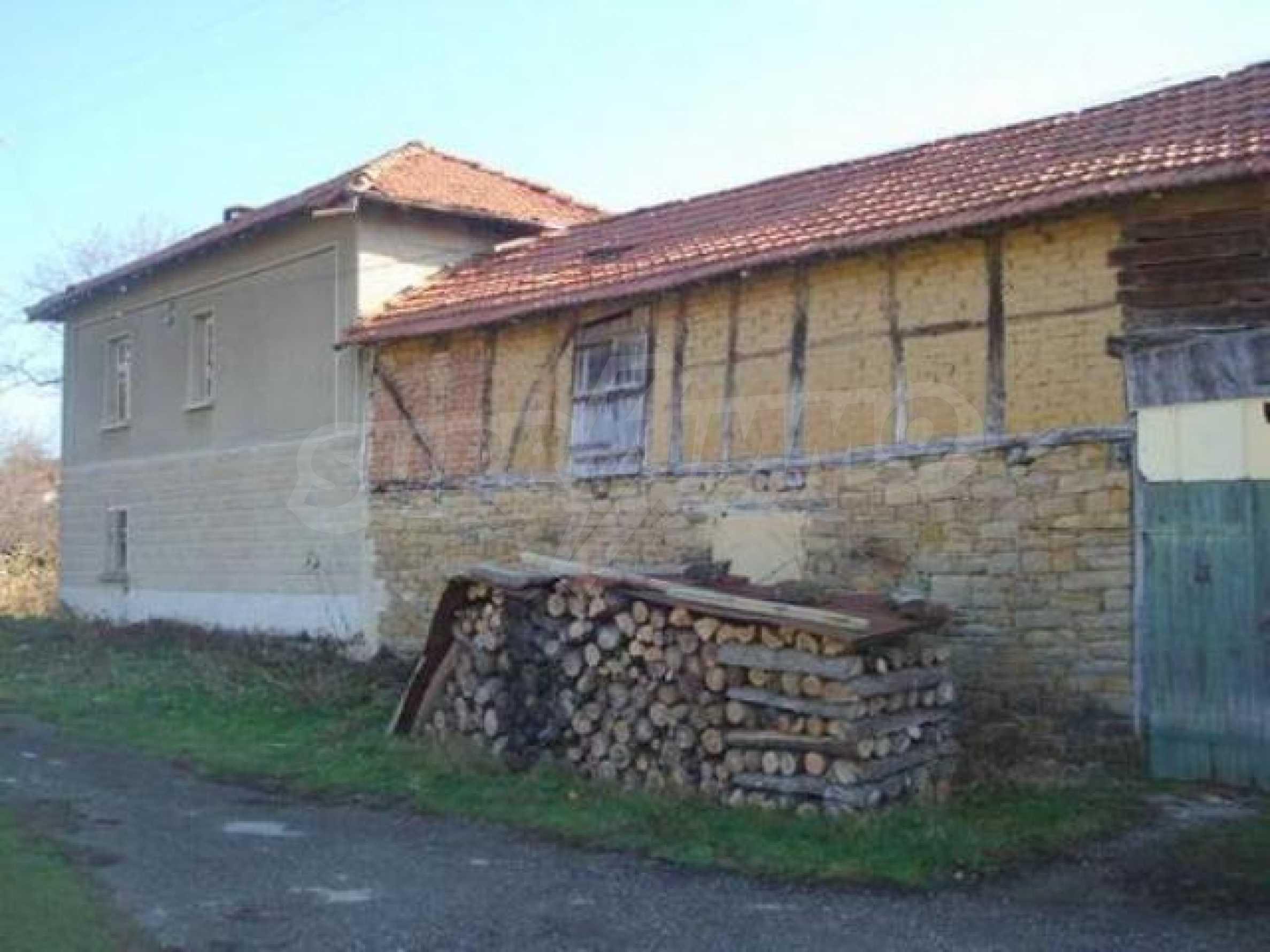 Zweistöckiges Haus im Dorf Dobromirka 16