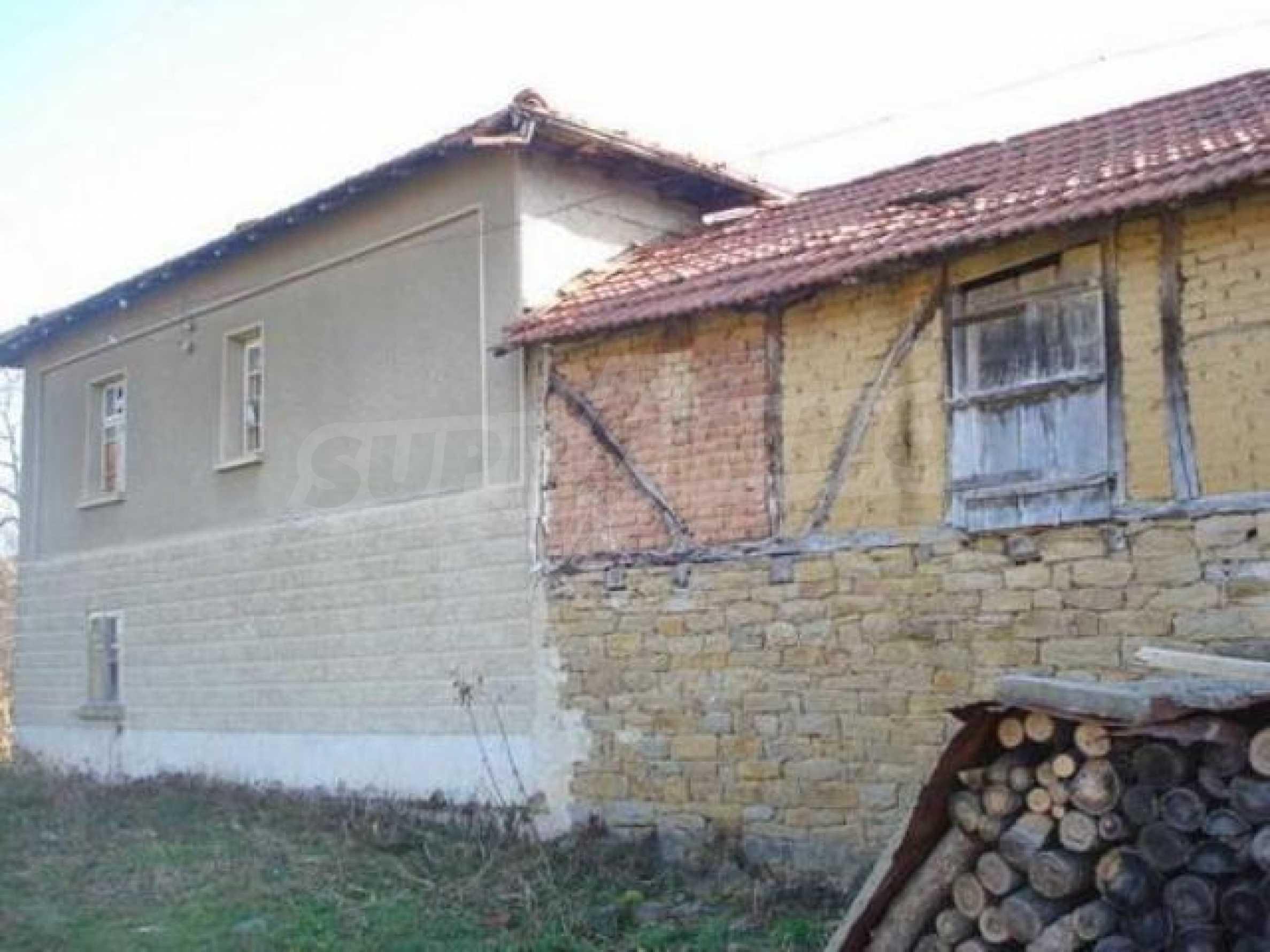 Zweistöckiges Haus im Dorf Dobromirka 3