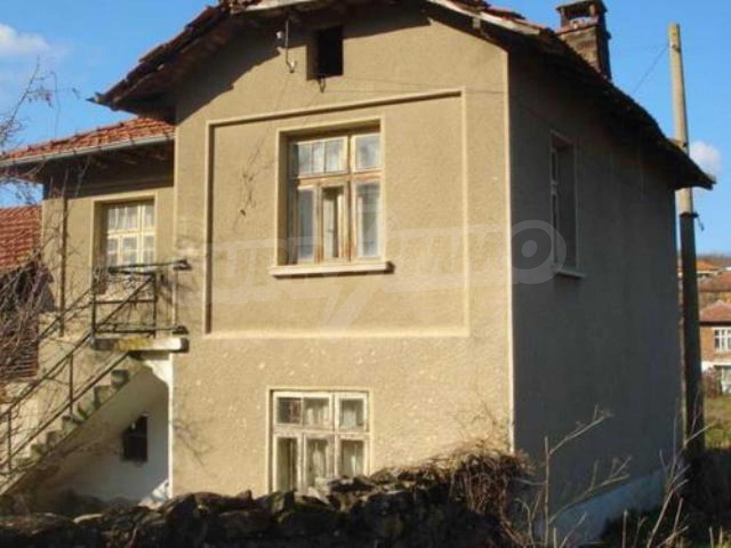 Zweistöckiges Haus im Dorf Dobromirka 4