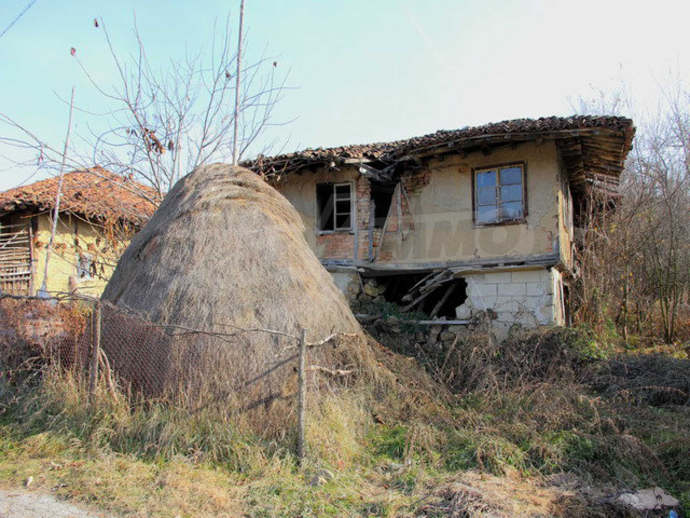 Land with house in the village with lovely scenery near Elena 1