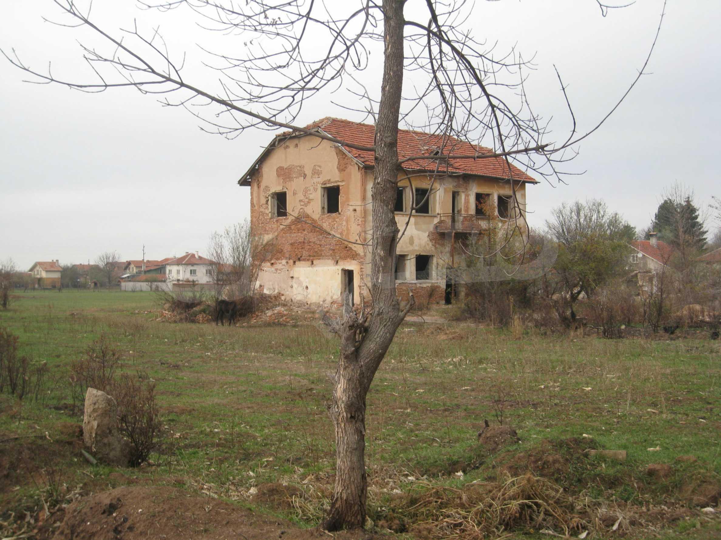 Solides dreistöckiges Gebäude (ehemalige Mühle) mit Hof in der Nähe von Elin Pelin 1