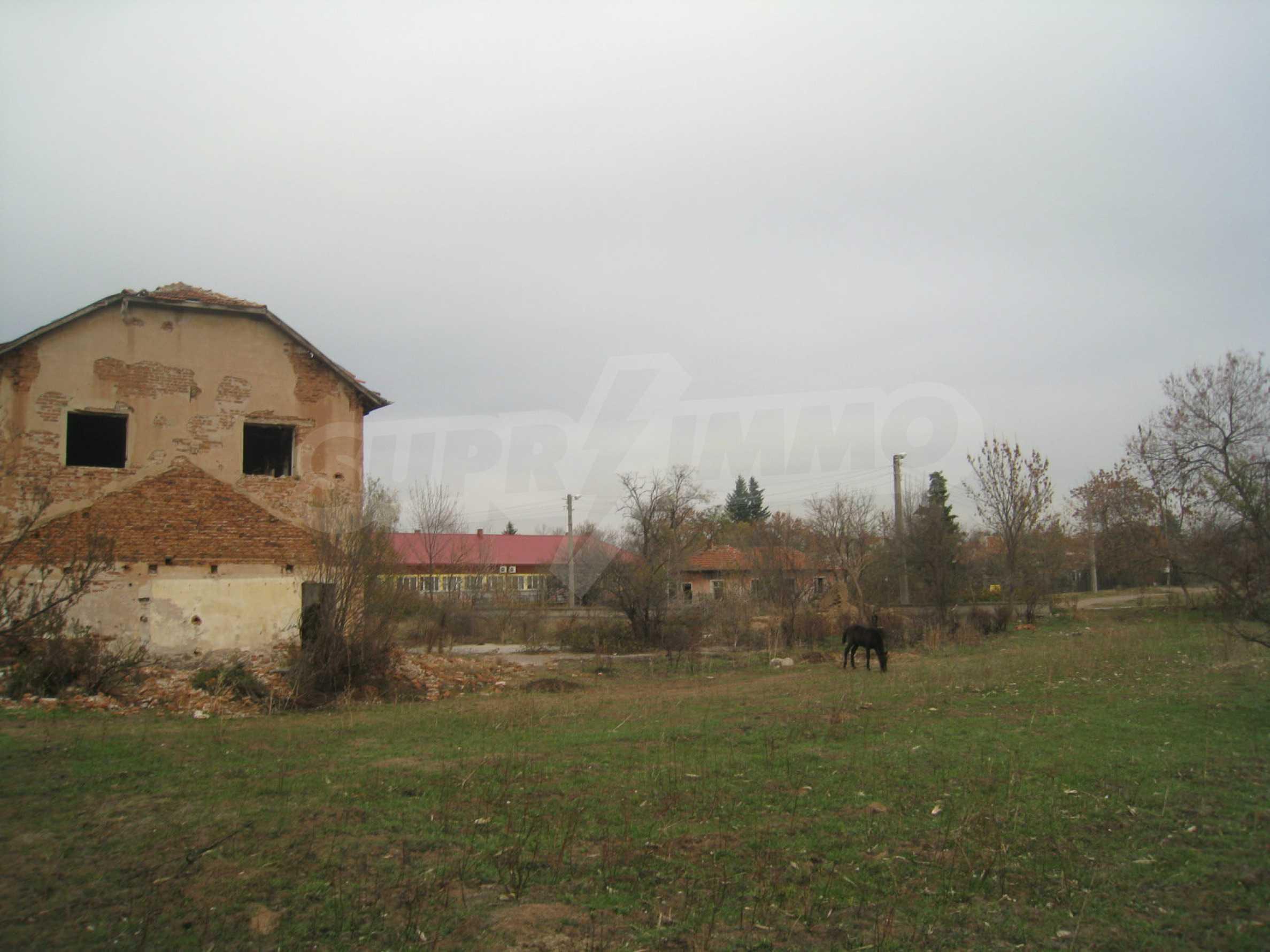 Solides dreistöckiges Gebäude (ehemalige Mühle) mit Hof in der Nähe von Elin Pelin 26
