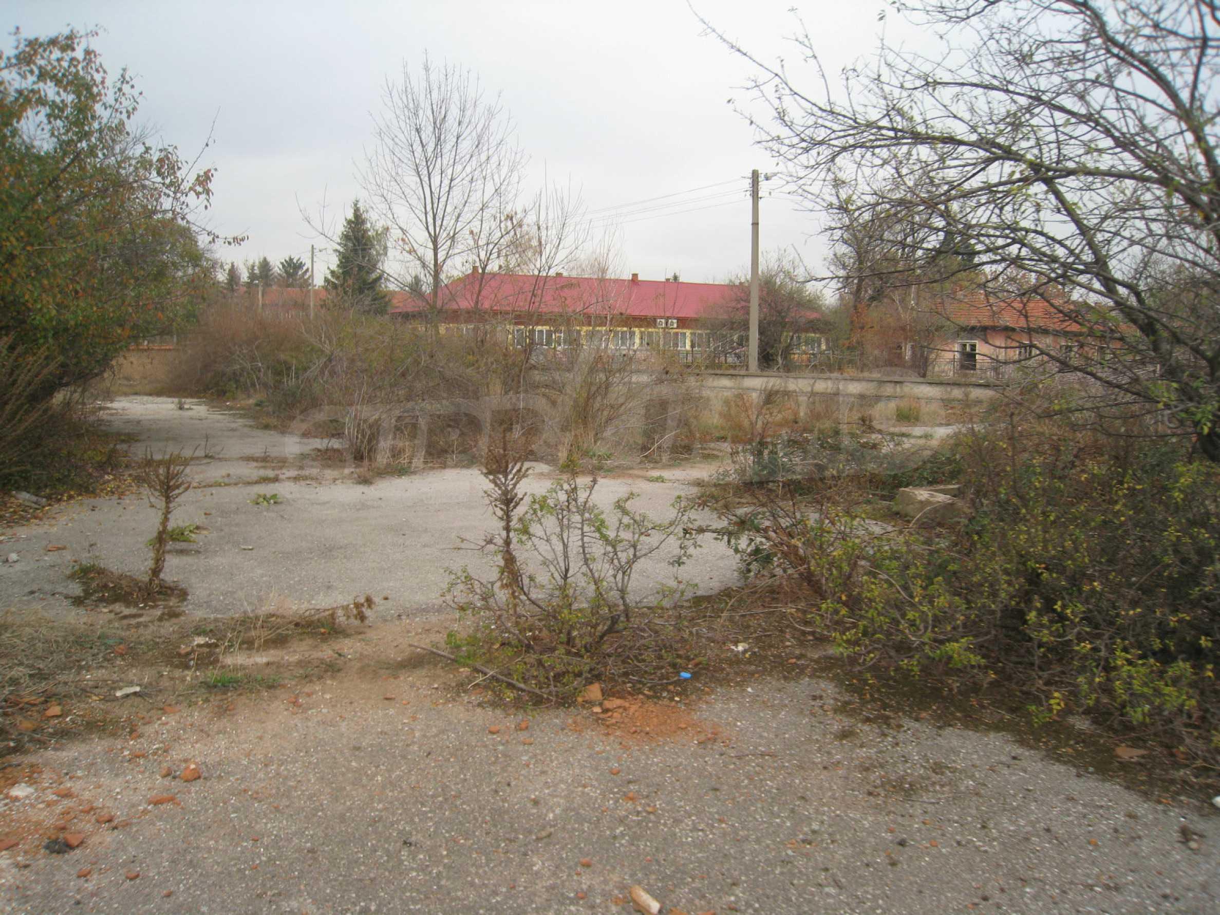 Solides dreistöckiges Gebäude (ehemalige Mühle) mit Hof in der Nähe von Elin Pelin 27