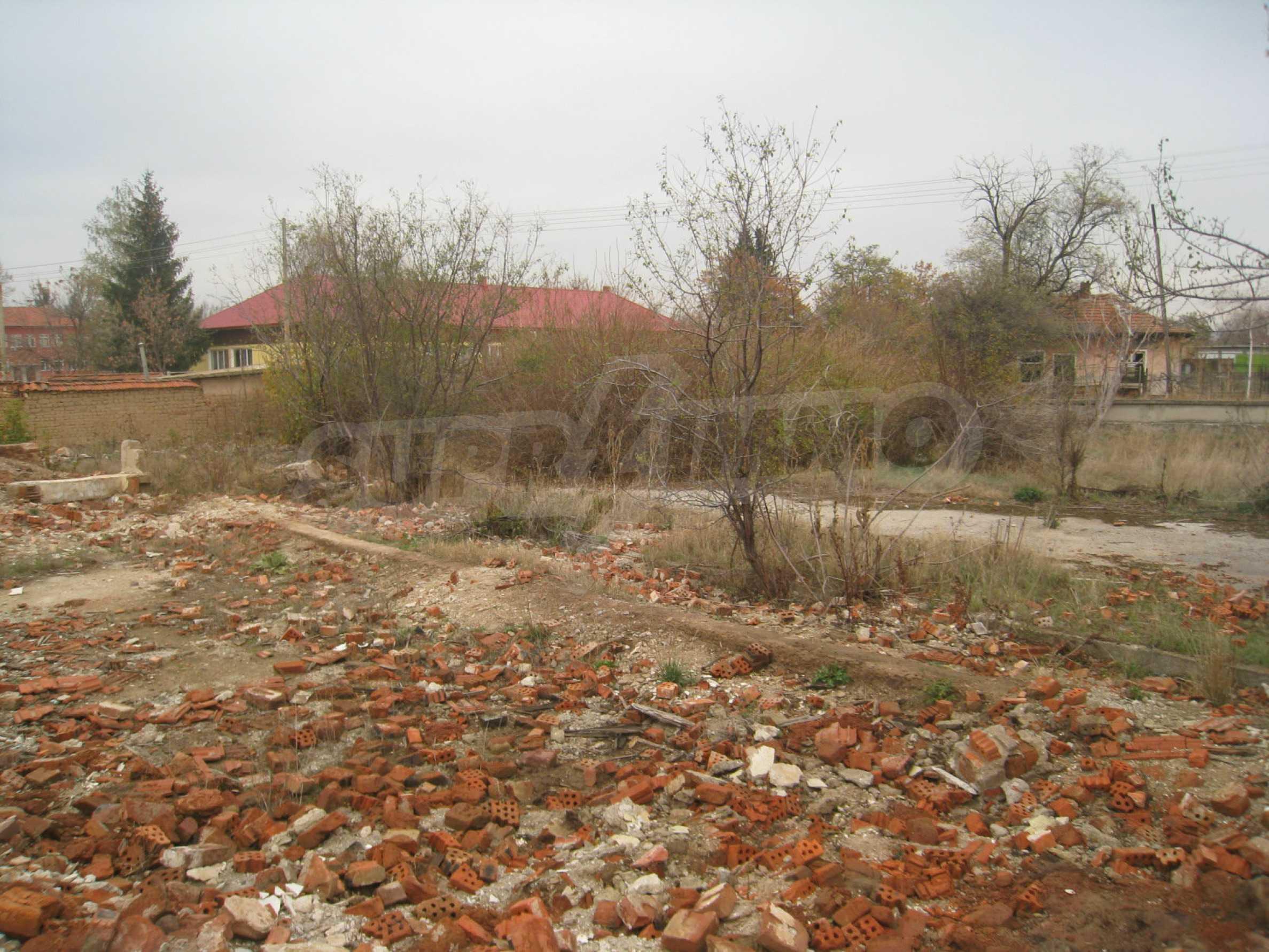 Solides dreistöckiges Gebäude (ehemalige Mühle) mit Hof in der Nähe von Elin Pelin 4