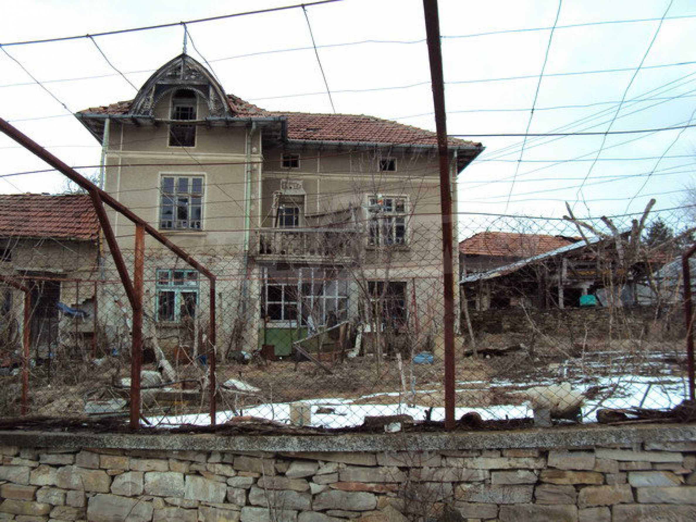 Двухэтажный дом с хозяйственными постройками и садом в деревне в 30 км. от Велико Тырново