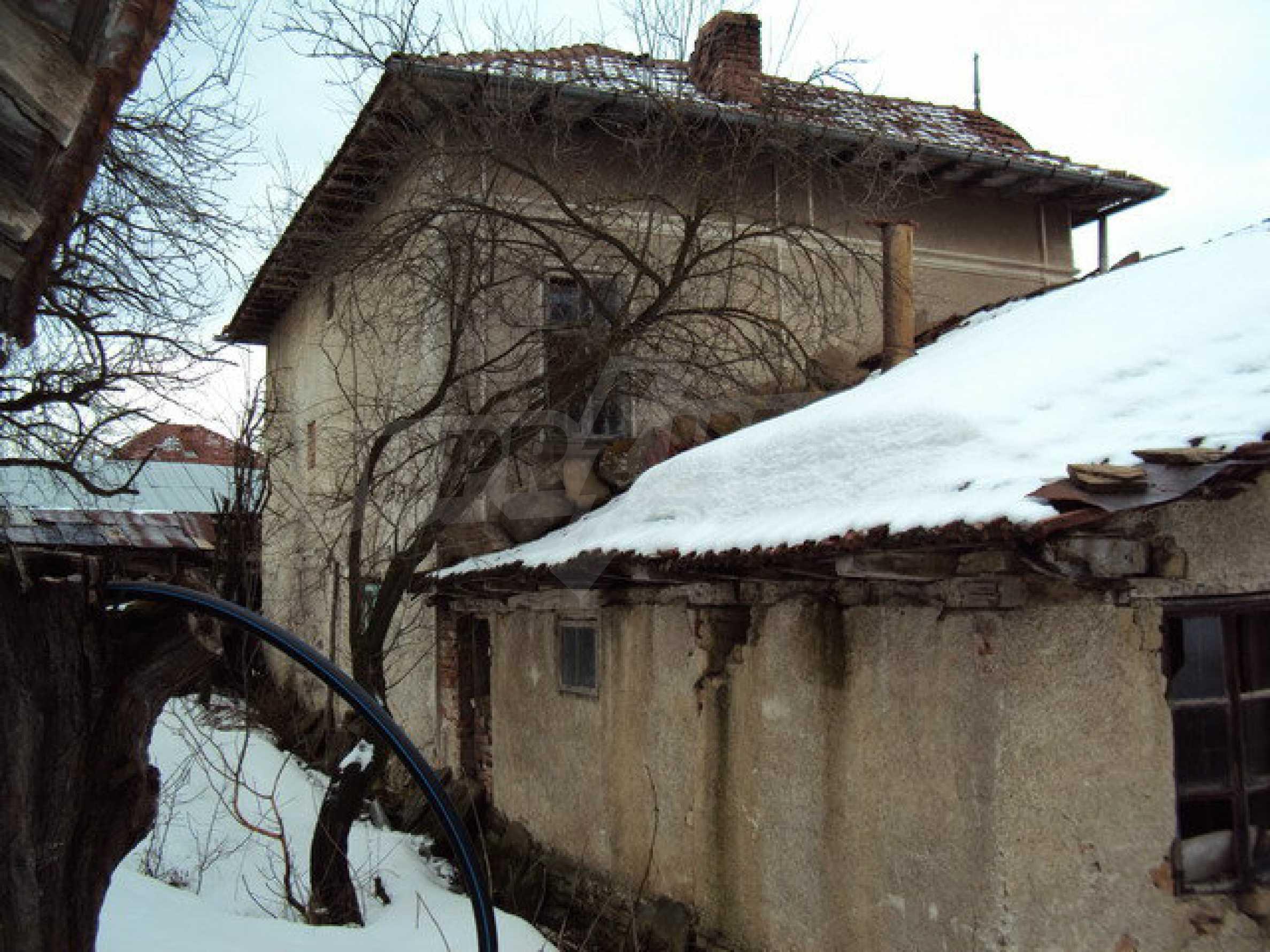Двухэтажный дом с хозяйственными постройками и садом в деревне в 30 км. от Велико Тырново 16