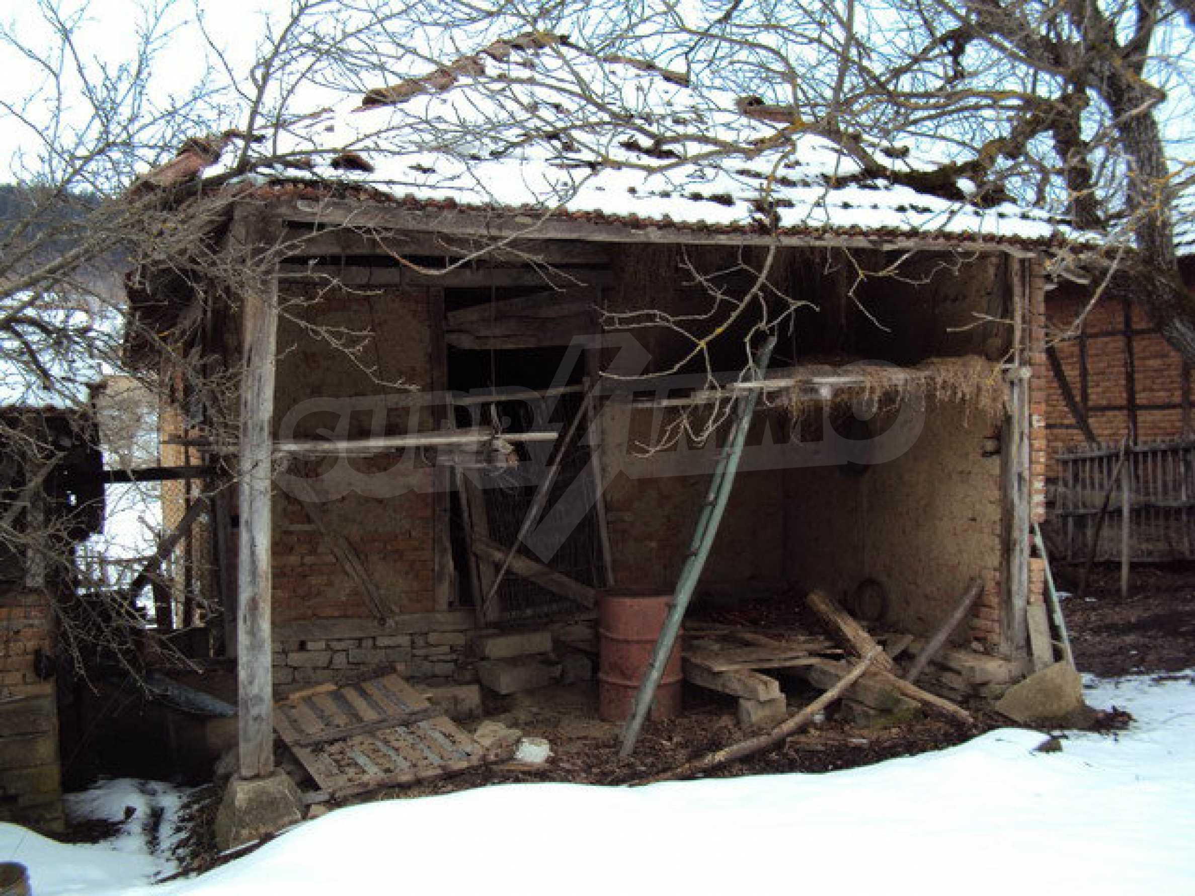 Двухэтажный дом с хозяйственными постройками и садом в деревне в 30 км. от Велико Тырново 17