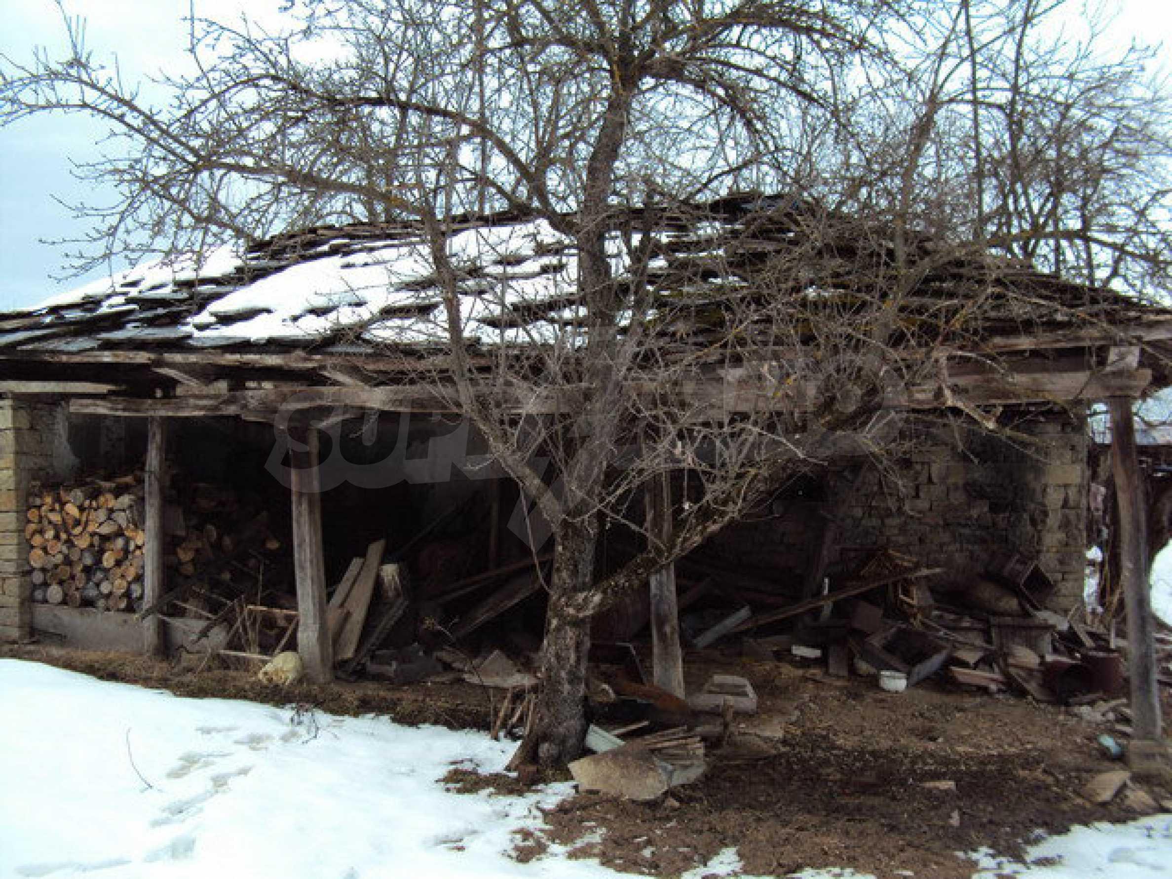 Двухэтажный дом с хозяйственными постройками и садом в деревне в 30 км. от Велико Тырново 18