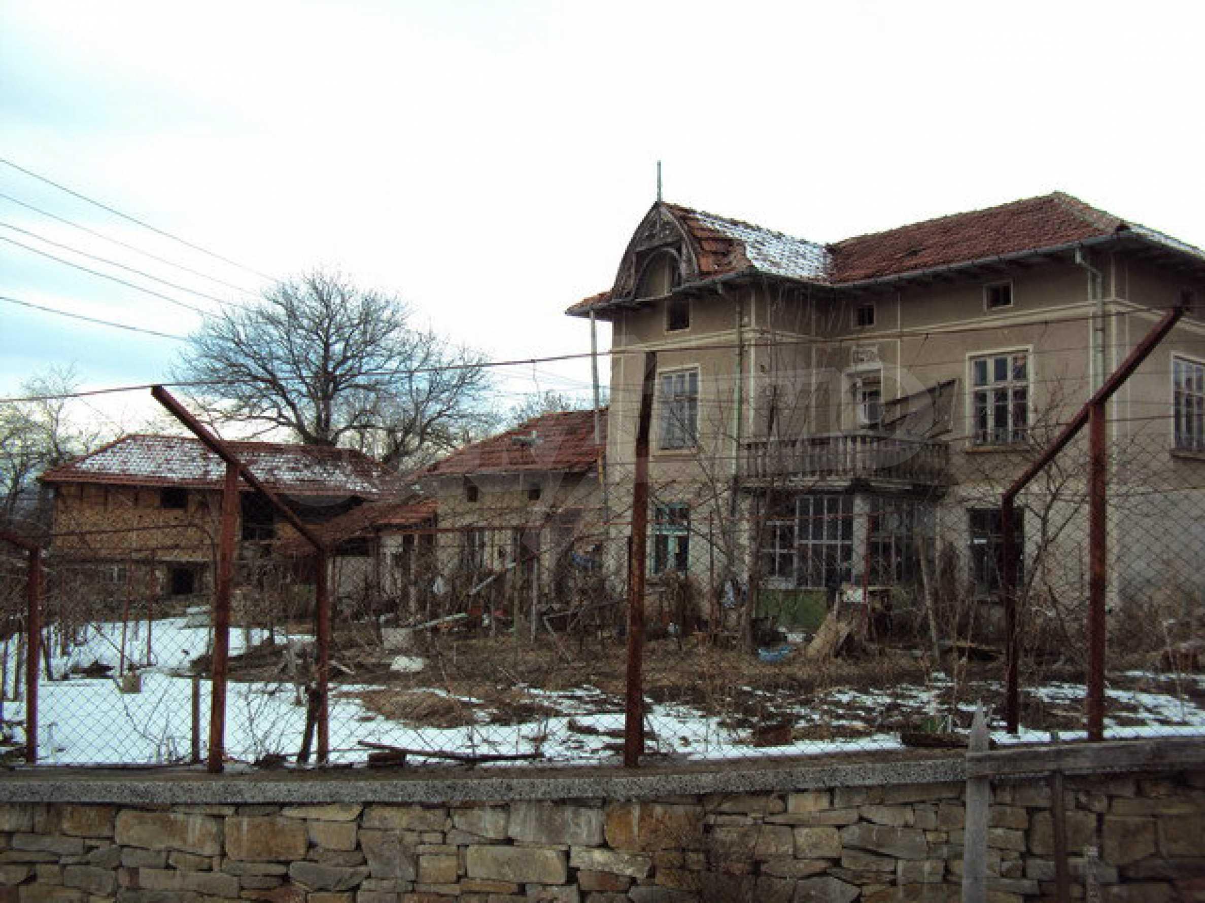 Двухэтажный дом с хозяйственными постройками и садом в деревне в 30 км. от Велико Тырново 1