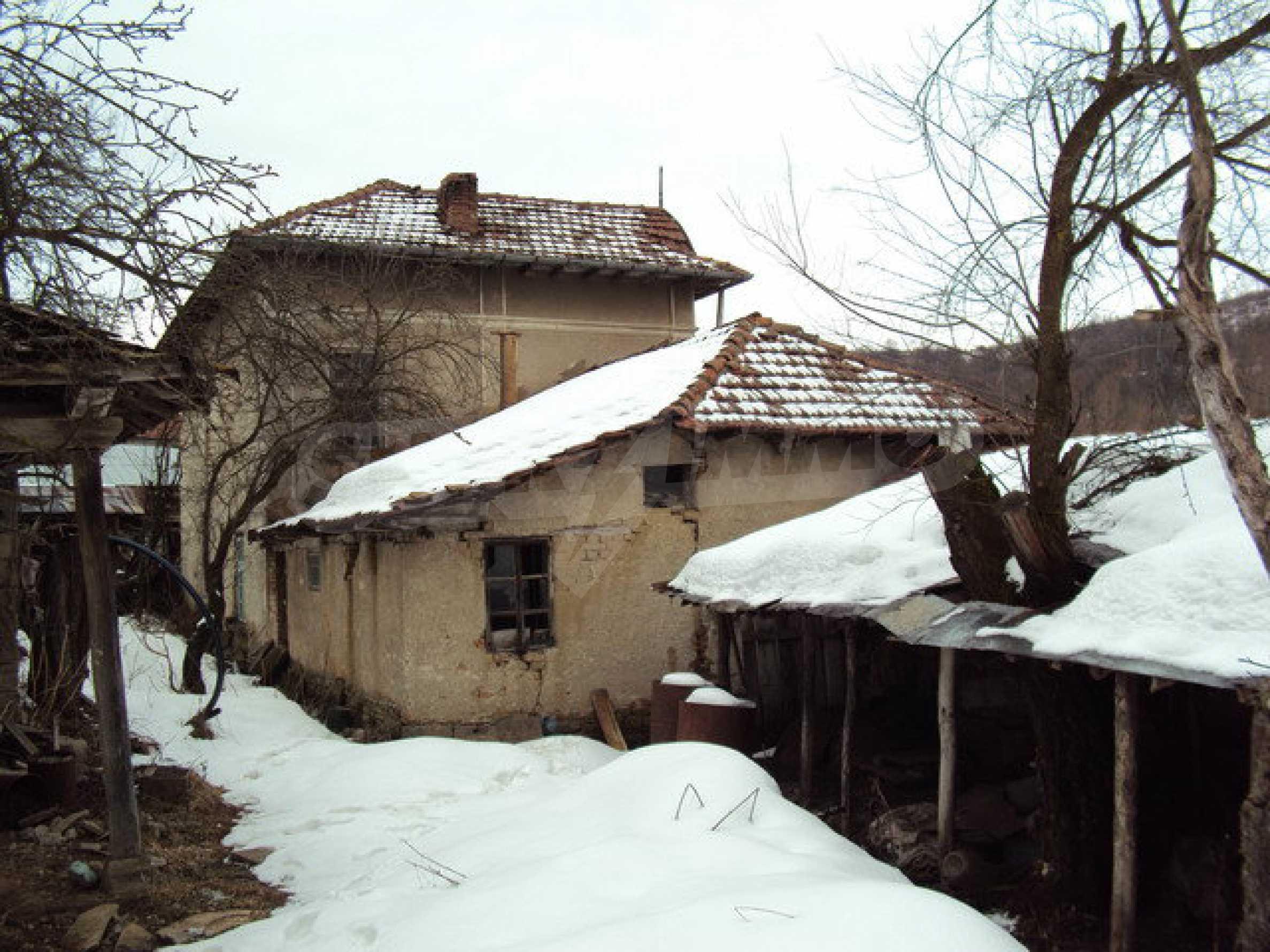 Двухэтажный дом с хозяйственными постройками и садом в деревне в 30 км. от Велико Тырново 20