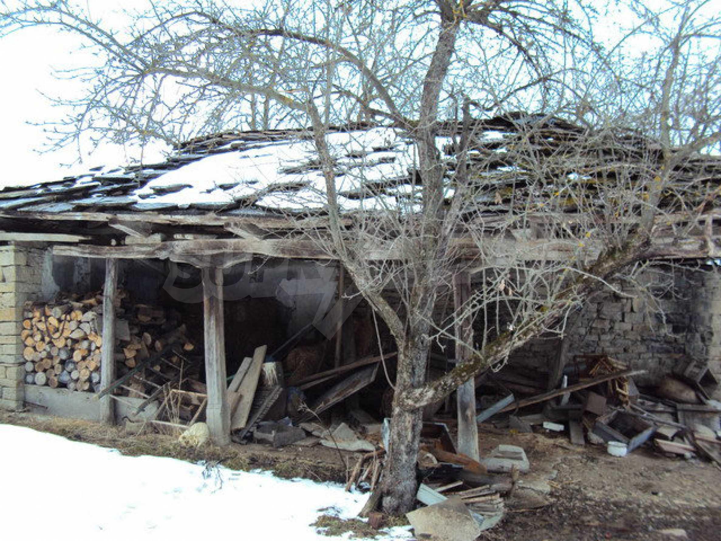 Двухэтажный дом с хозяйственными постройками и садом в деревне в 30 км. от Велико Тырново 22