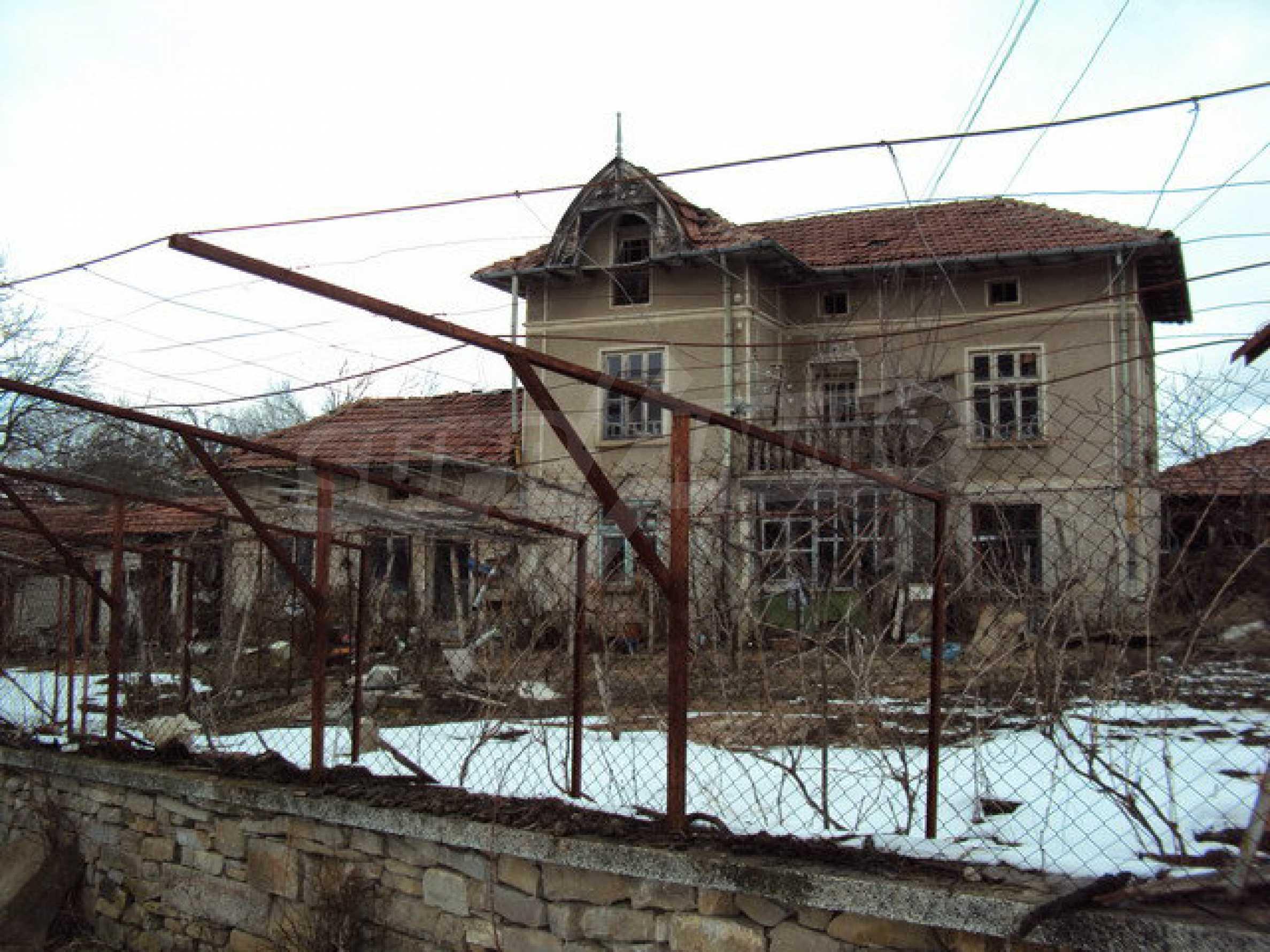 Двухэтажный дом с хозяйственными постройками и садом в деревне в 30 км. от Велико Тырново 23