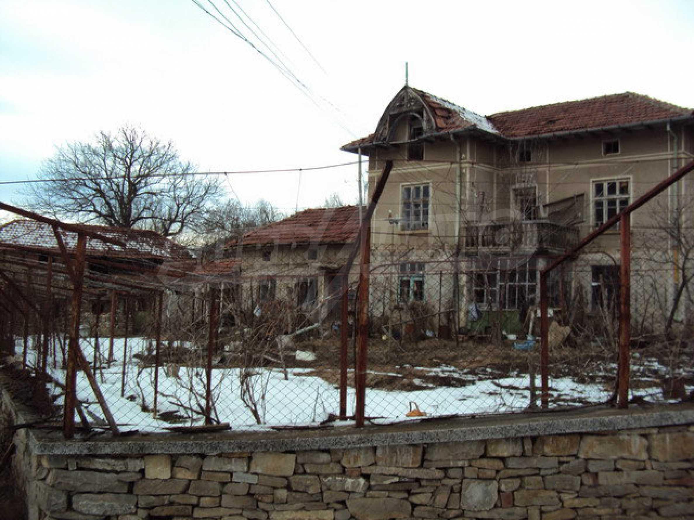 Двухэтажный дом с хозяйственными постройками и садом в деревне в 30 км. от Велико Тырново 5