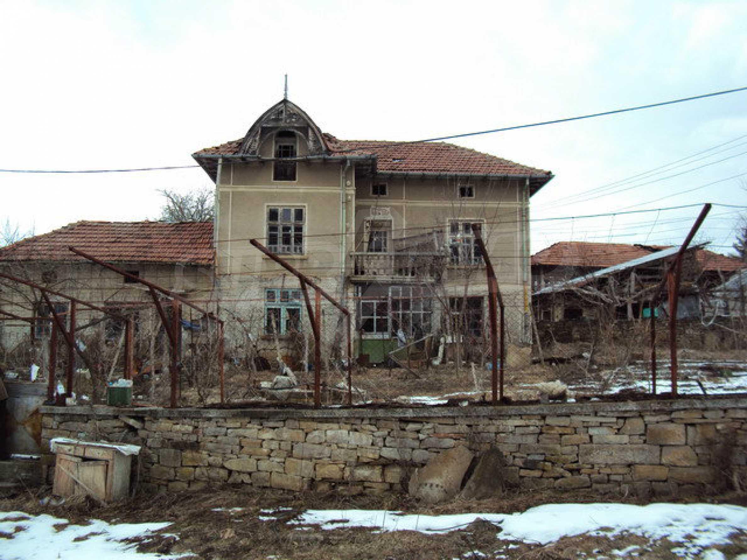 Двухэтажный дом с хозяйственными постройками и садом в деревне в 30 км. от Велико Тырново 6