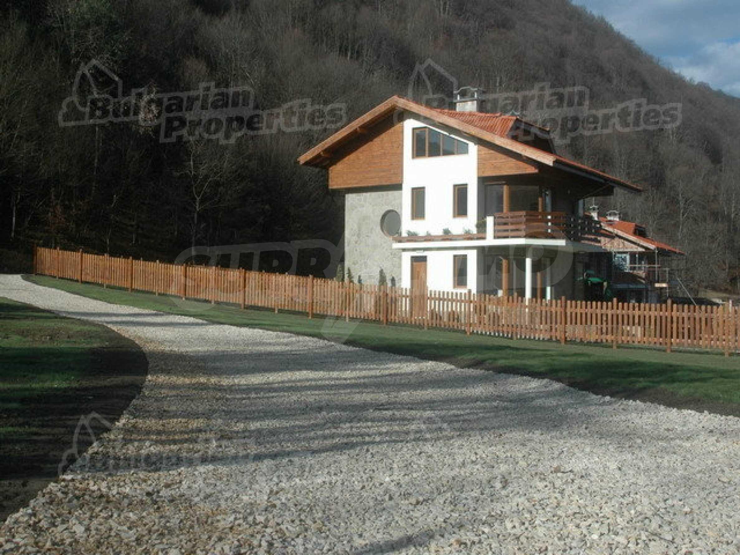 Neugebaute dreistöckige Villa in Ribaritsa 1