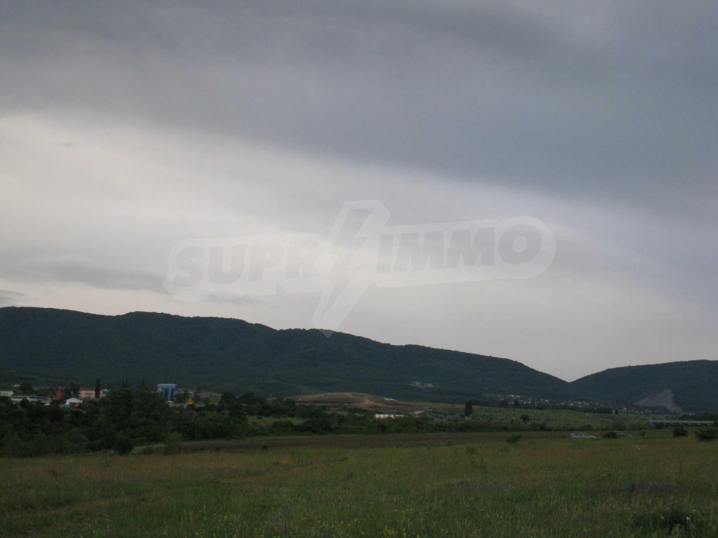 Ackerland in der Nähe eines Sees in Suhodol 9
