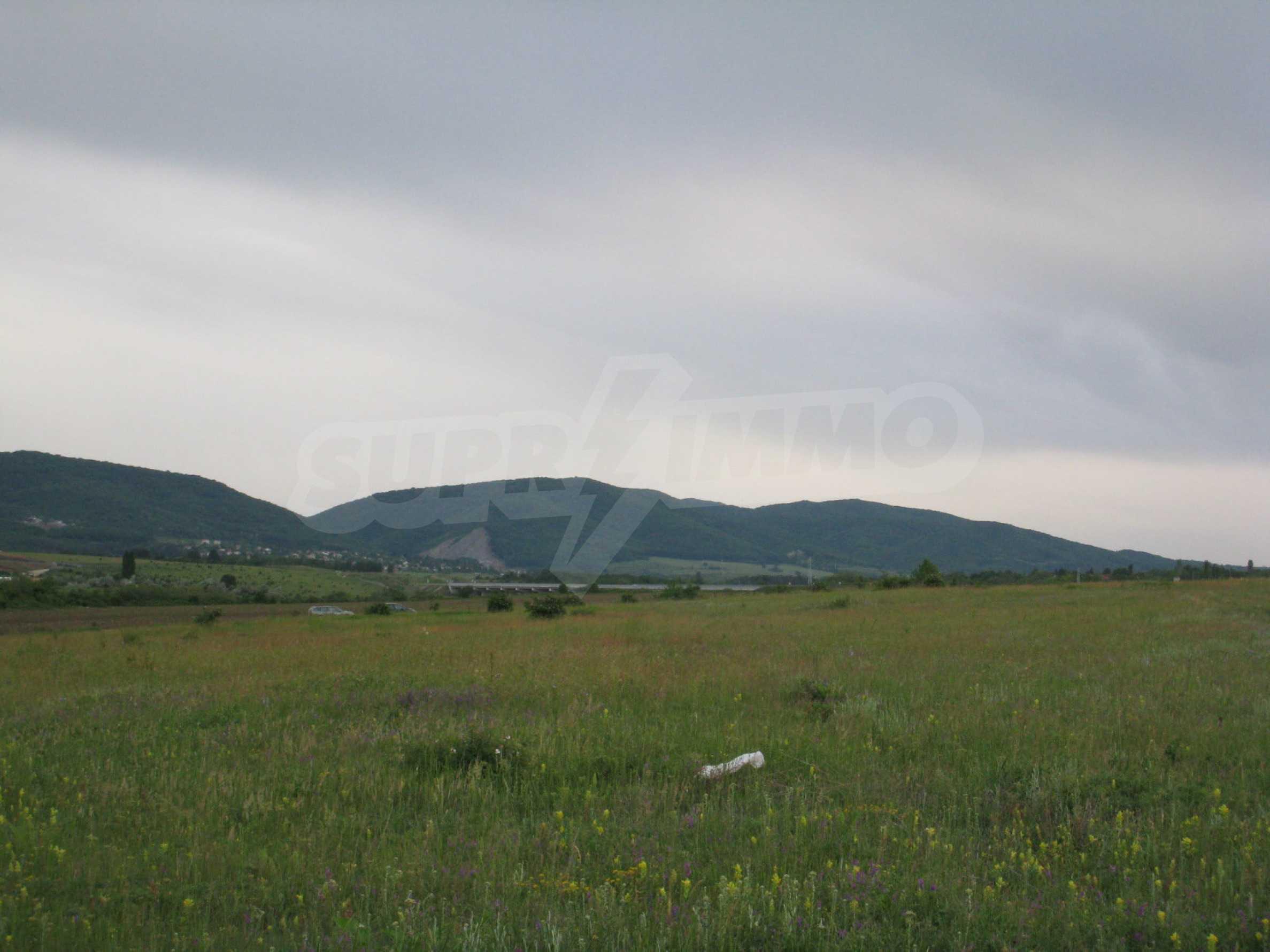 Ackerland in der Nähe eines Sees in Suhodol 10