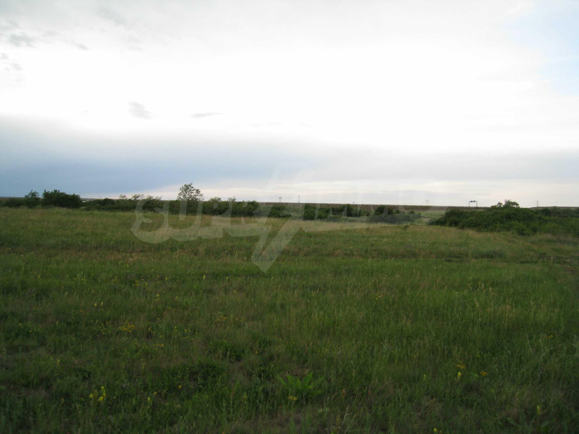 Ackerland in der Nähe eines Sees in Suhodol 14