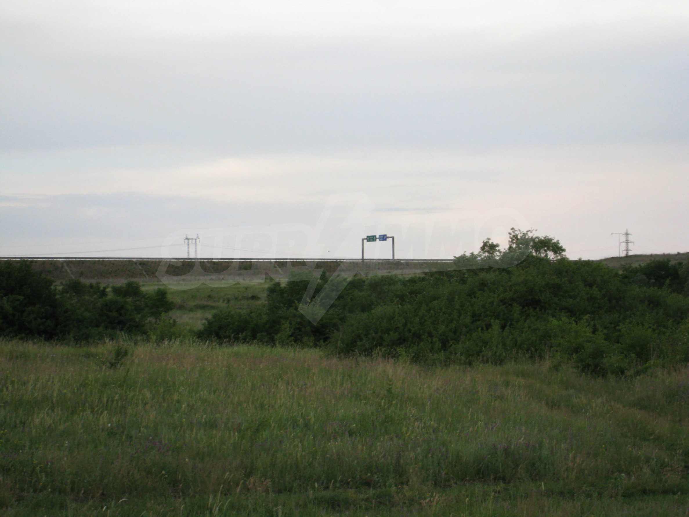 Ackerland in der Nähe eines Sees in Suhodol 15