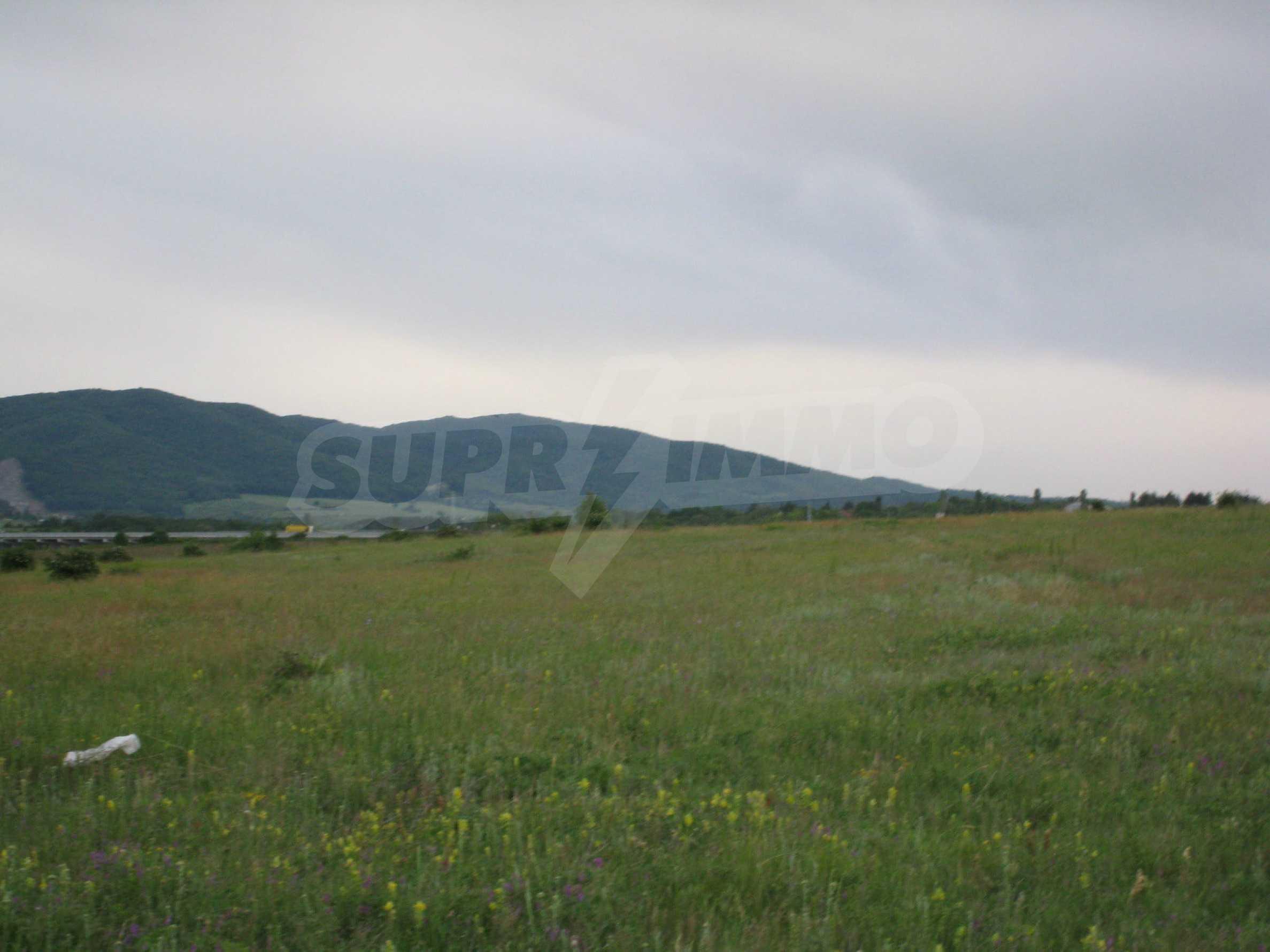 Ackerland in der Nähe eines Sees in Suhodol 17