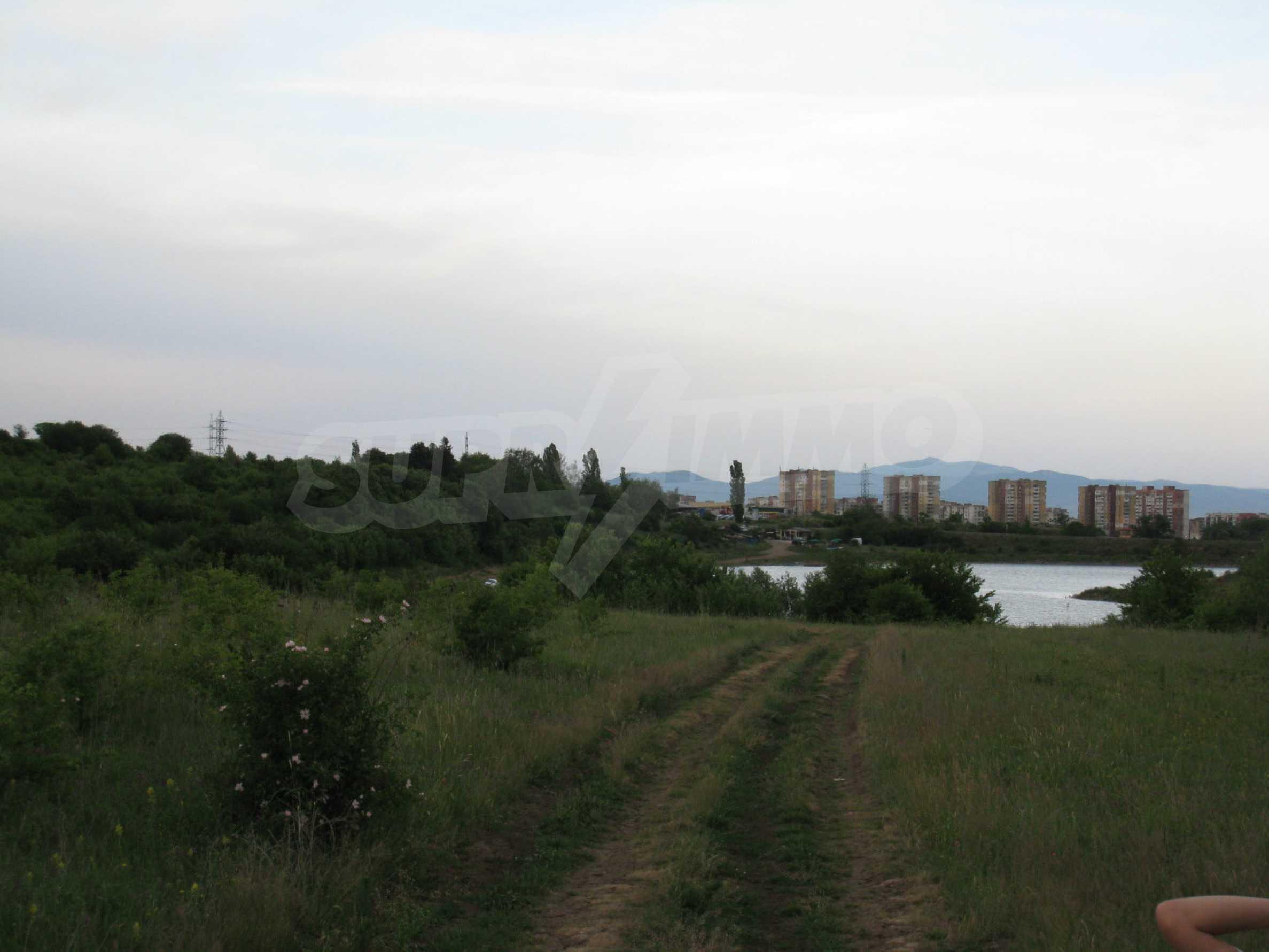 Ackerland in der Nähe eines Sees in Suhodol 18