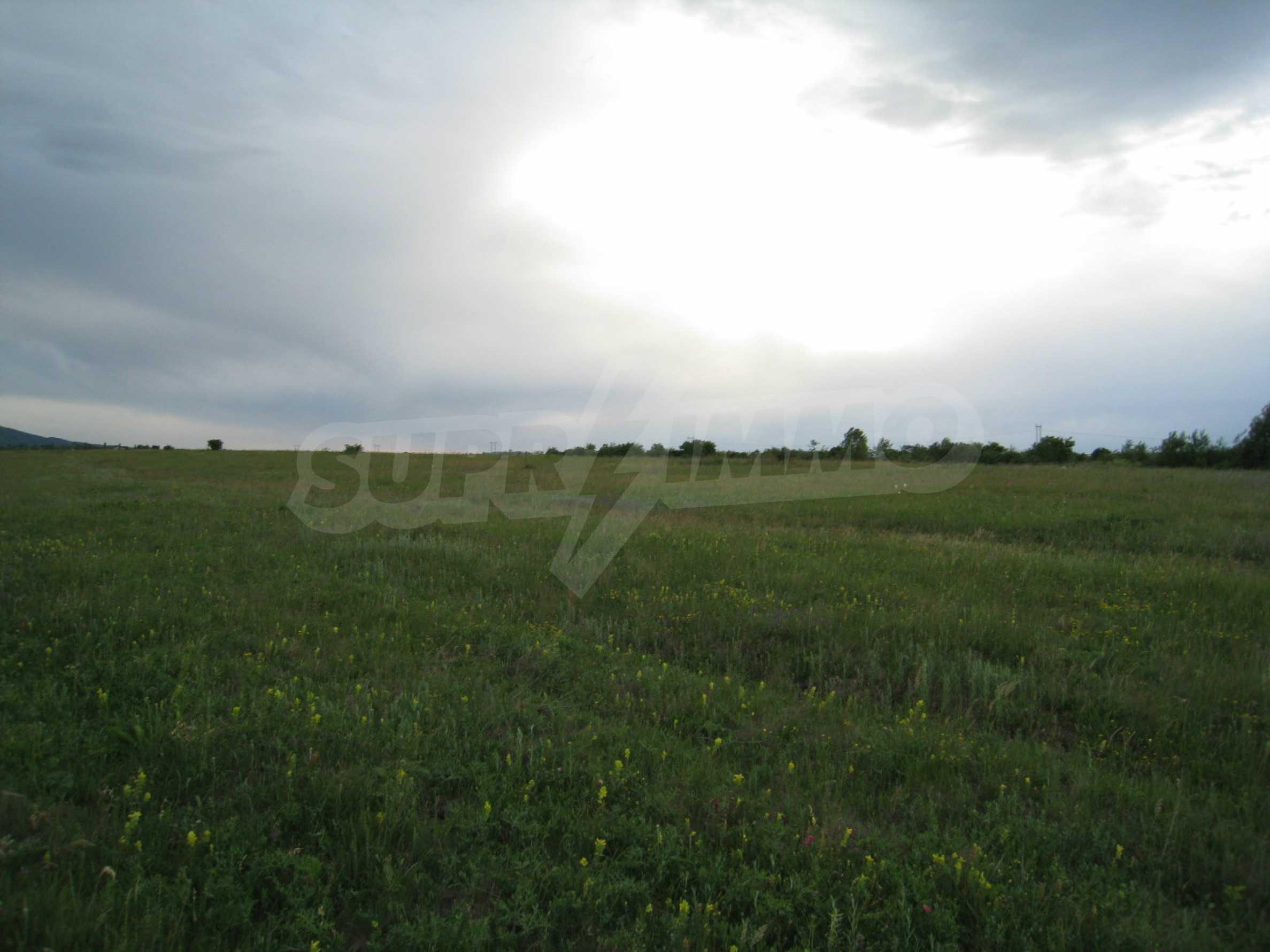 Ackerland in der Nähe eines Sees in Suhodol 1