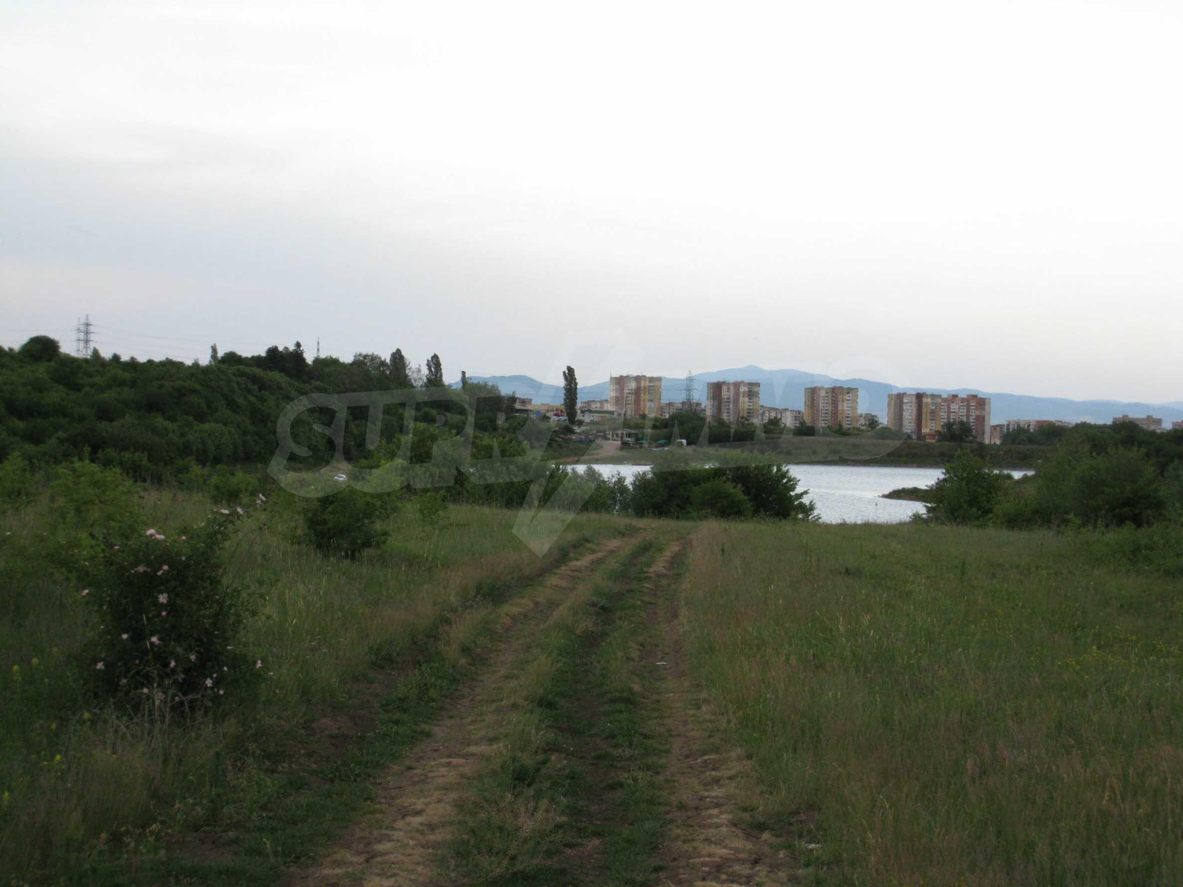 Ackerland in der Nähe eines Sees in Suhodol 19
