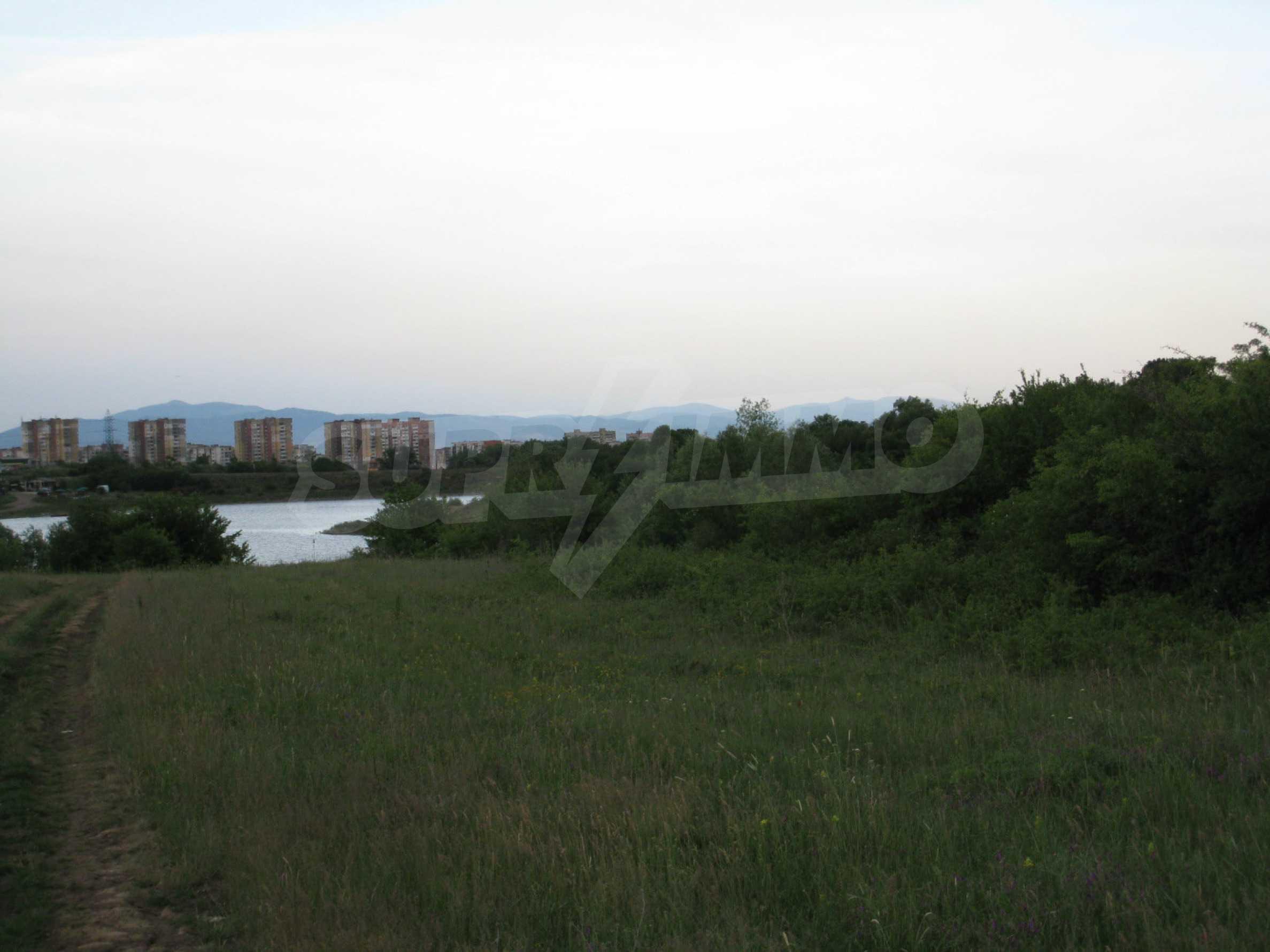 Ackerland in der Nähe eines Sees in Suhodol 20